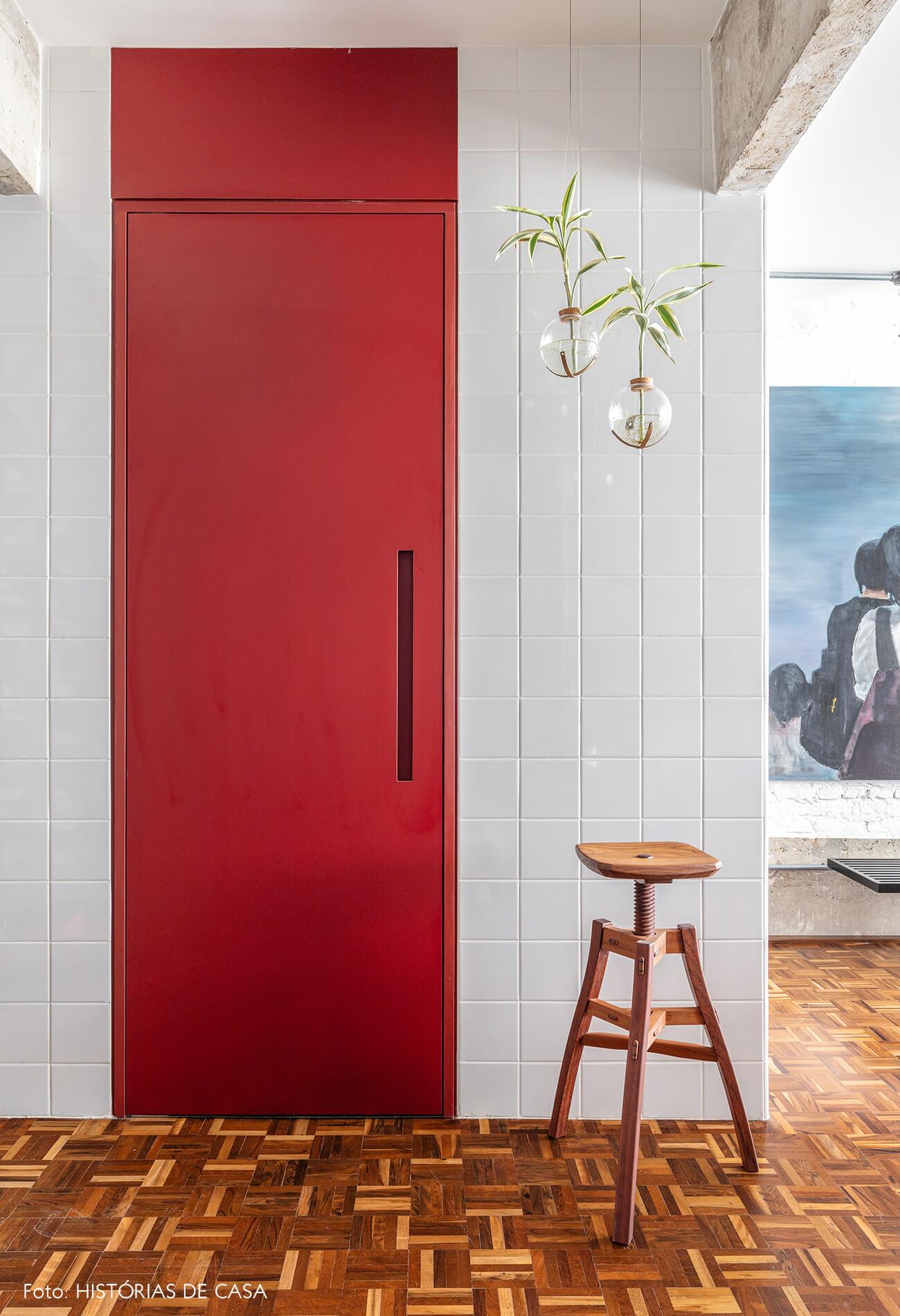 hall-entrada-porta-vermelha-e-vasos-de-vidro-penduradas