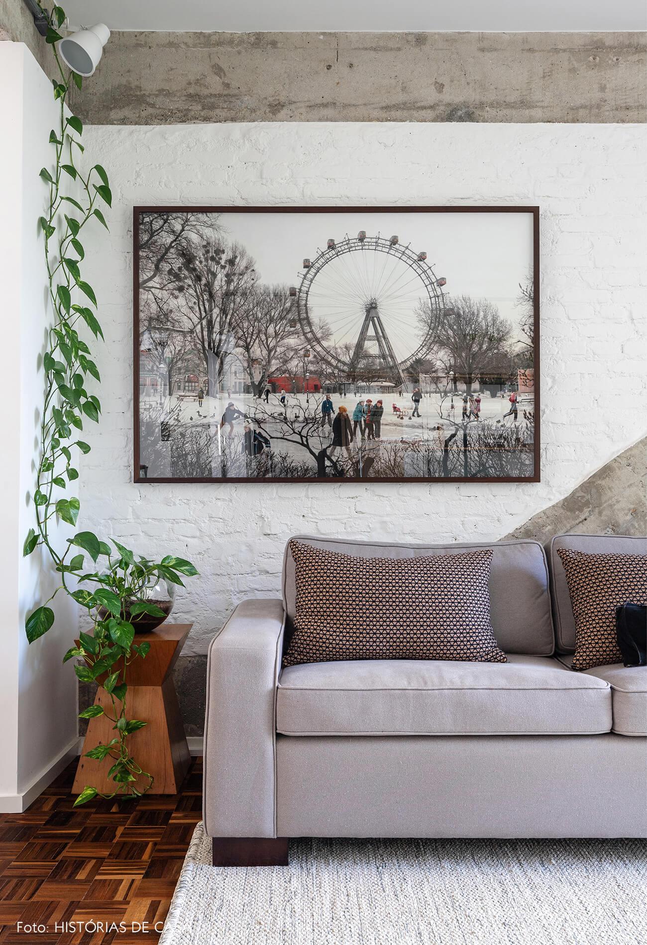 sala-com-estrutura-de-concreto-e-sofa-cinza