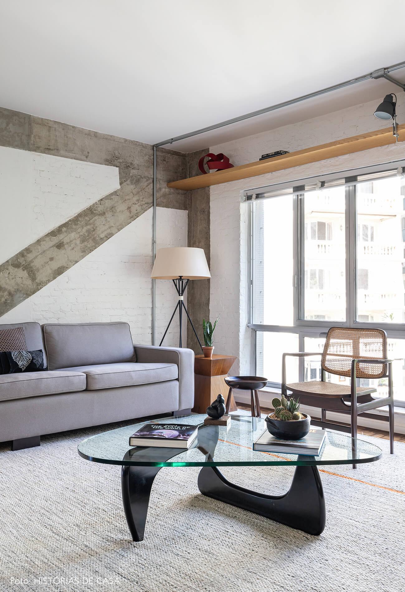 sala-com-estrutura-de-concreto-e-mesa-de-vidro