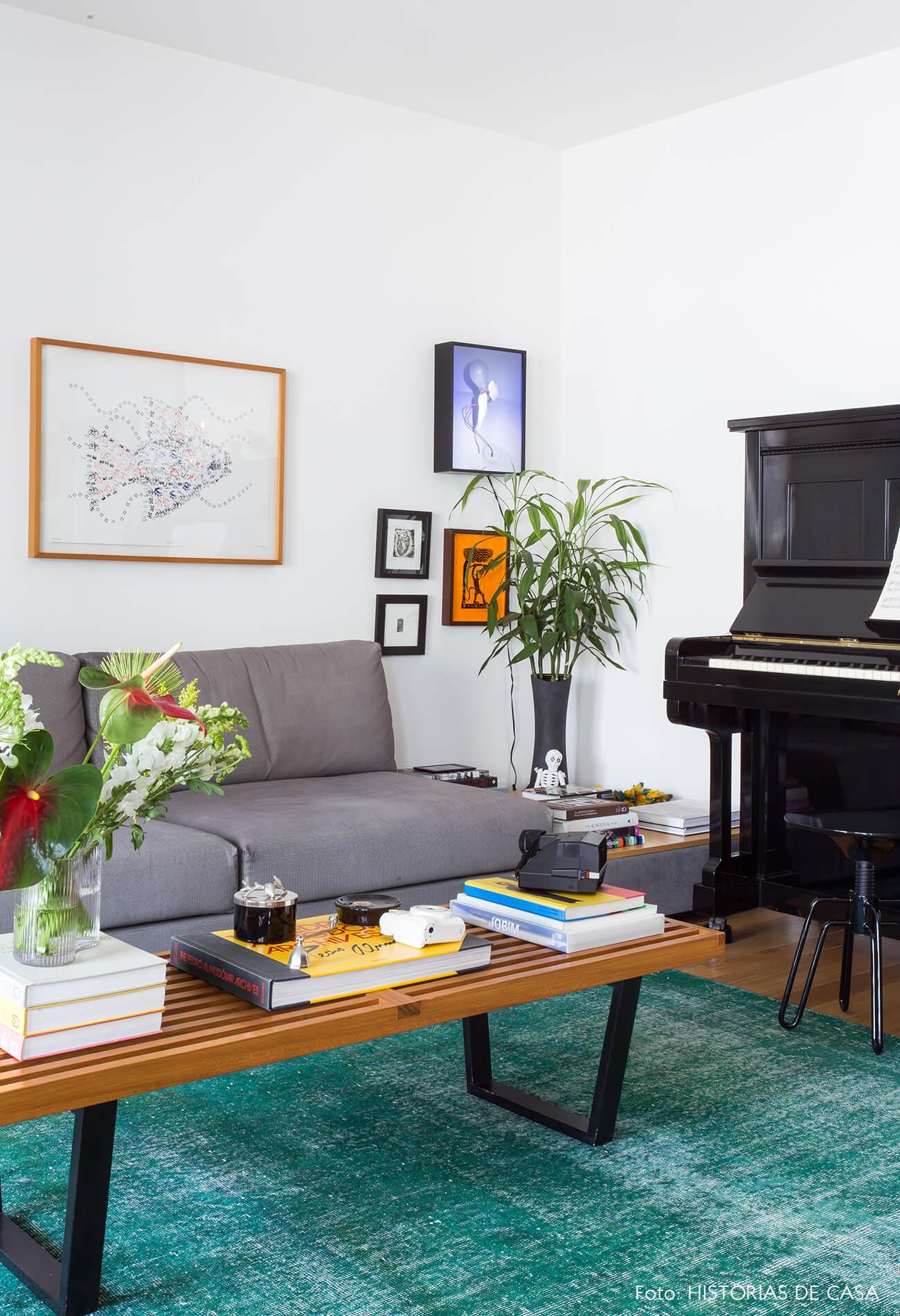 sala-com-piano-e-tapete-azul