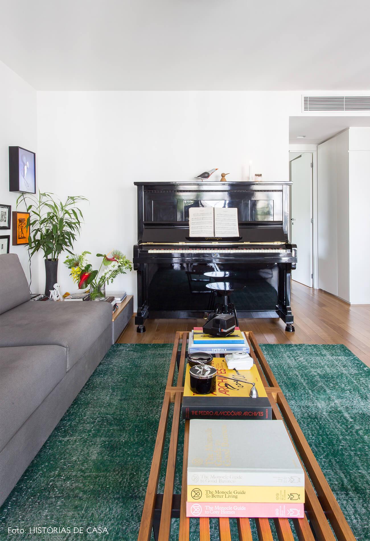 sala-com-piano-e-tapete-verde.