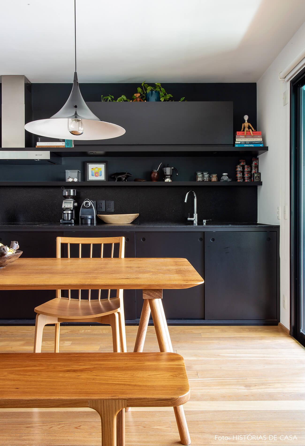 cozinha-com-parede-preta-e-mesa-de-madeira