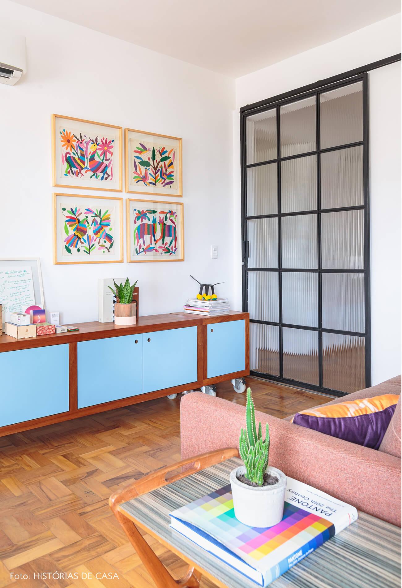 escritorio-com-buffet-azul-e-porta-vidro