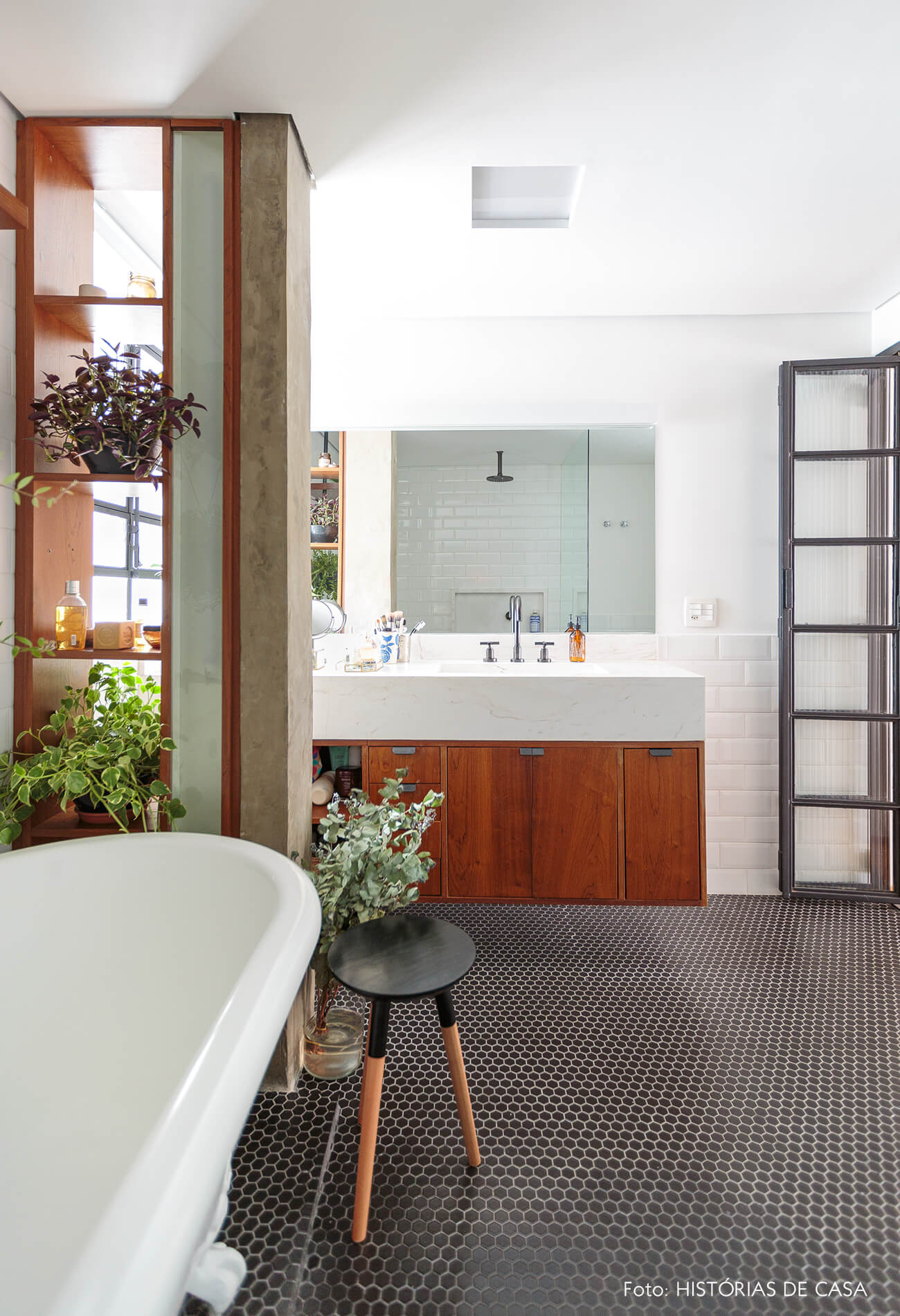 banheiro-coluna-concreto-e-armario-madeira