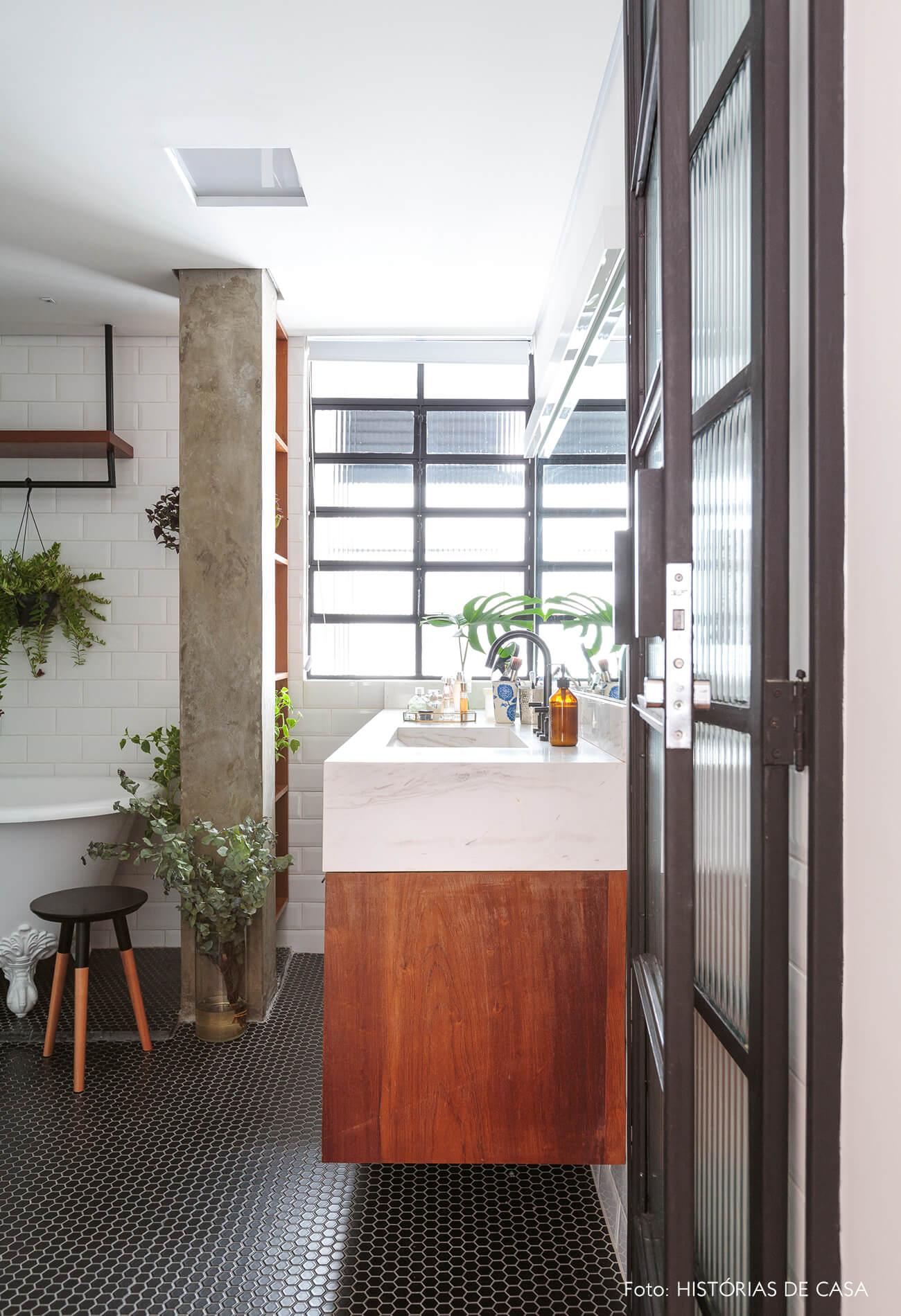 banheiro-com-bancada-madeira-e-coluna-concreto