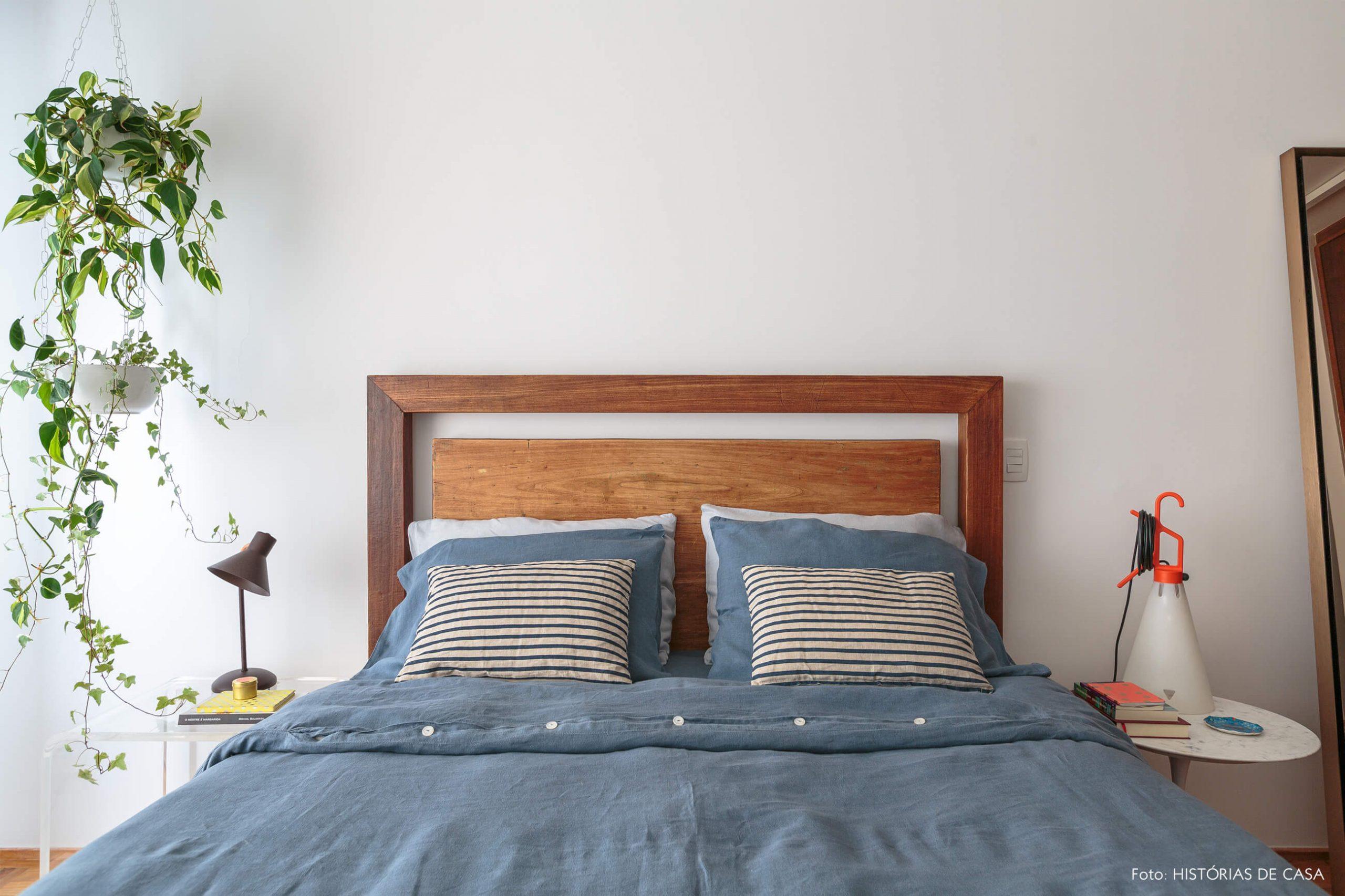 quarto-com-cama-madeira-e-plantas