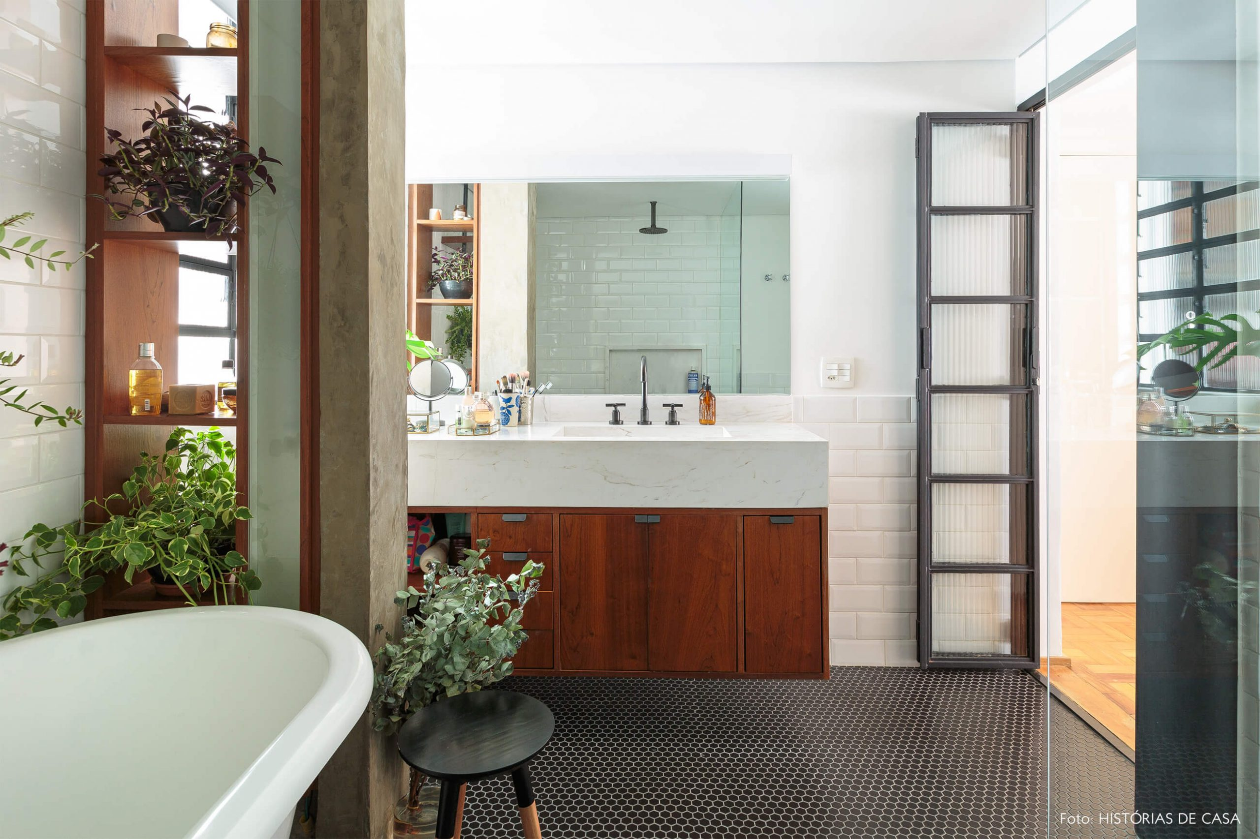 banheir-com-coluna-concreto-e-plantas