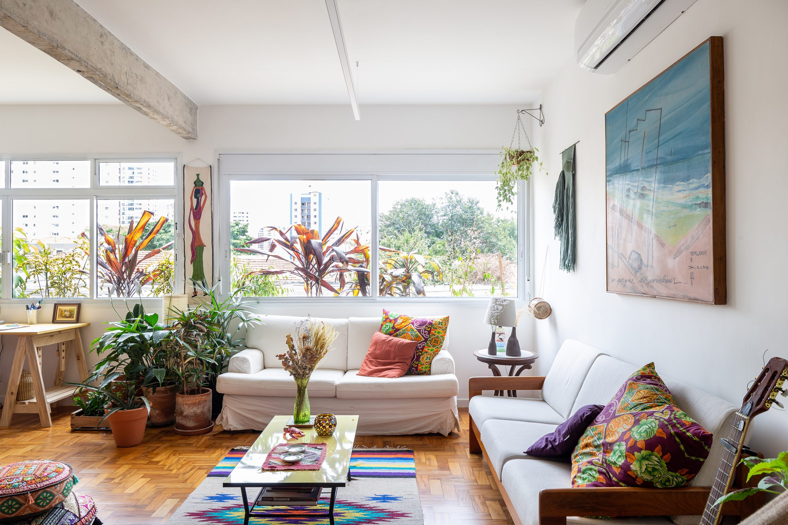 decoração sala com móveis neutros e objetos coloridos
