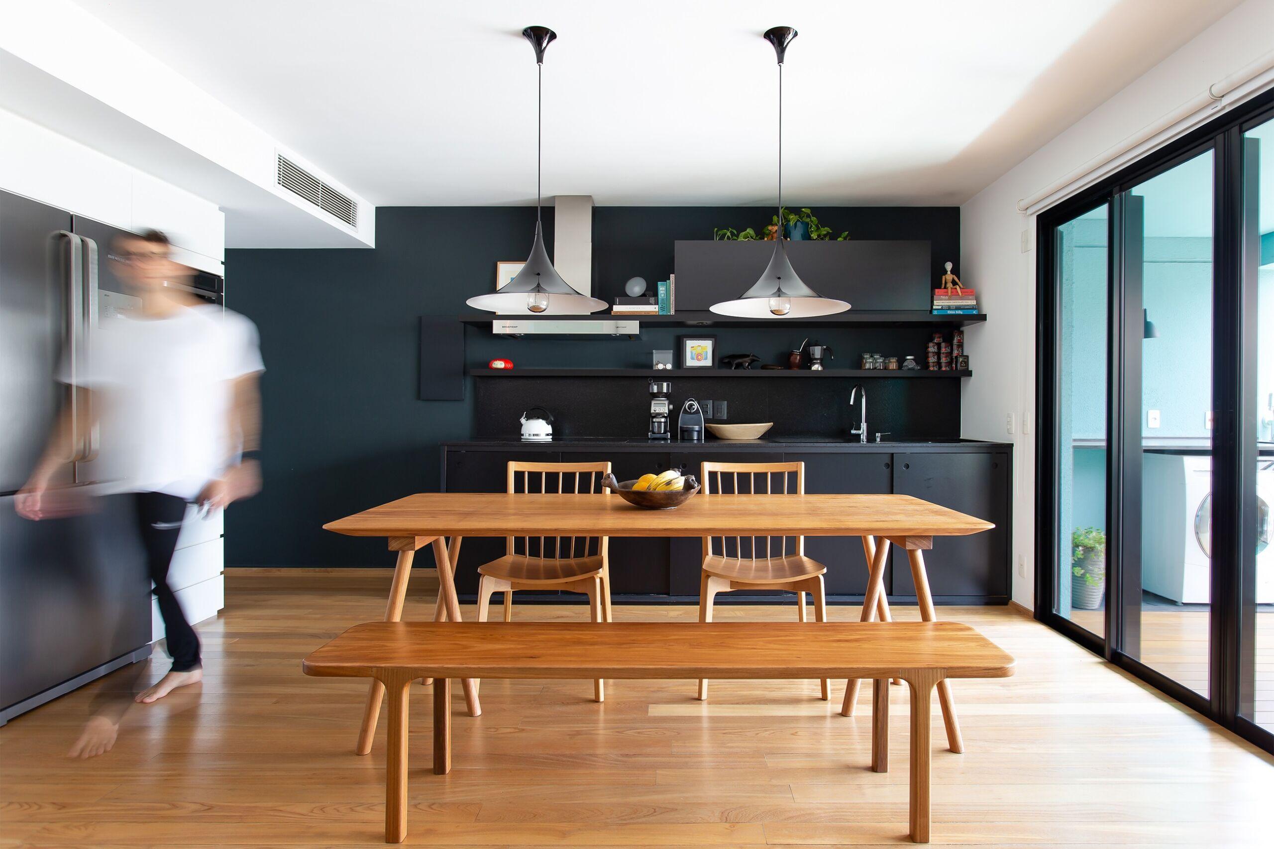 cozinha-com-parede-preta-e-moveis-de-madeira-clara