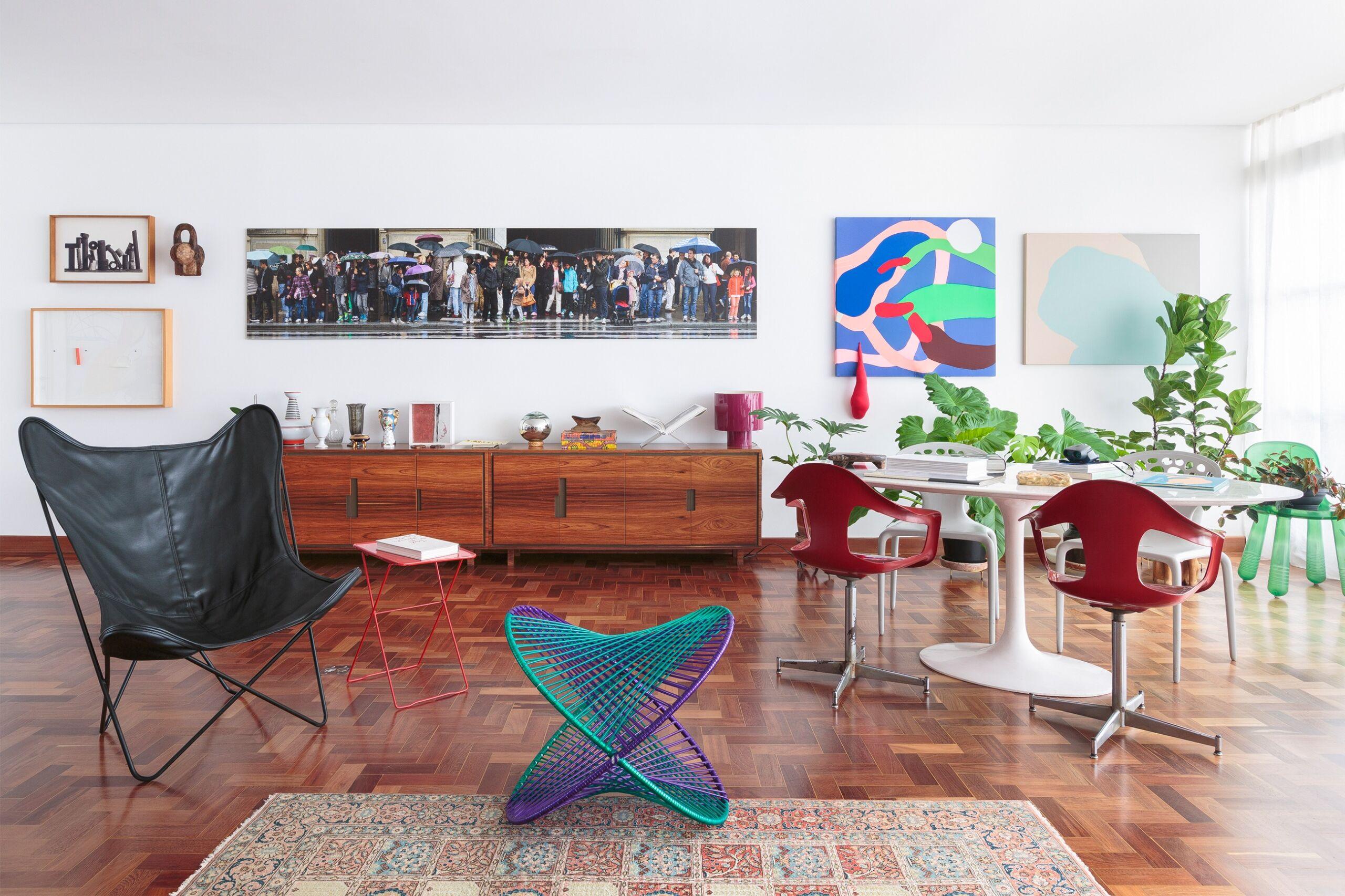 sala-com-obras-arte-e-cadeiras-coloridas