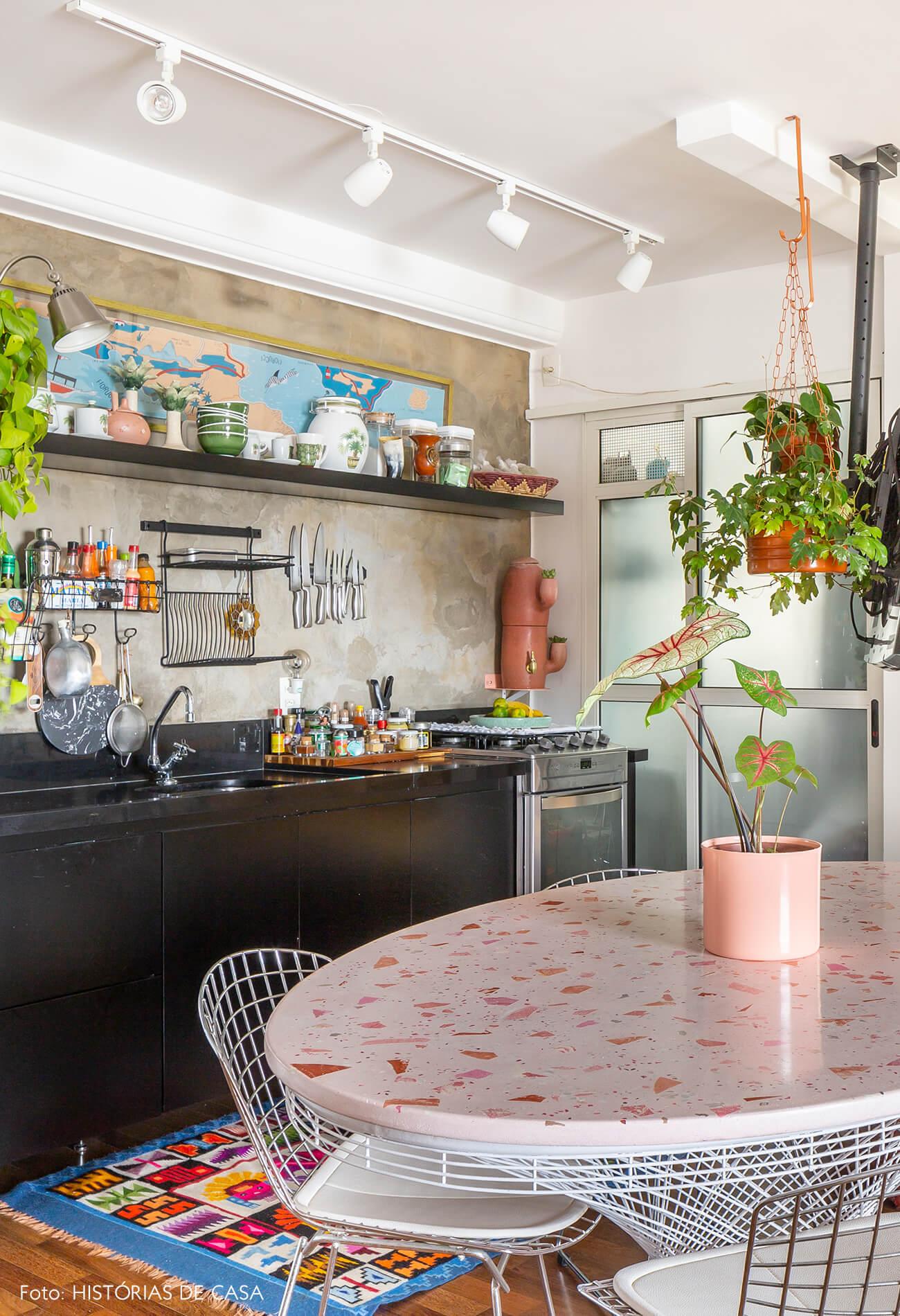 cozinha-com-mesa-redonda-rosa.