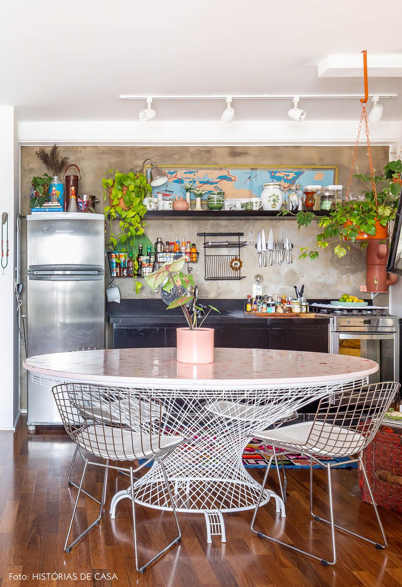 cozinha-com-mesa-redonda-rosa