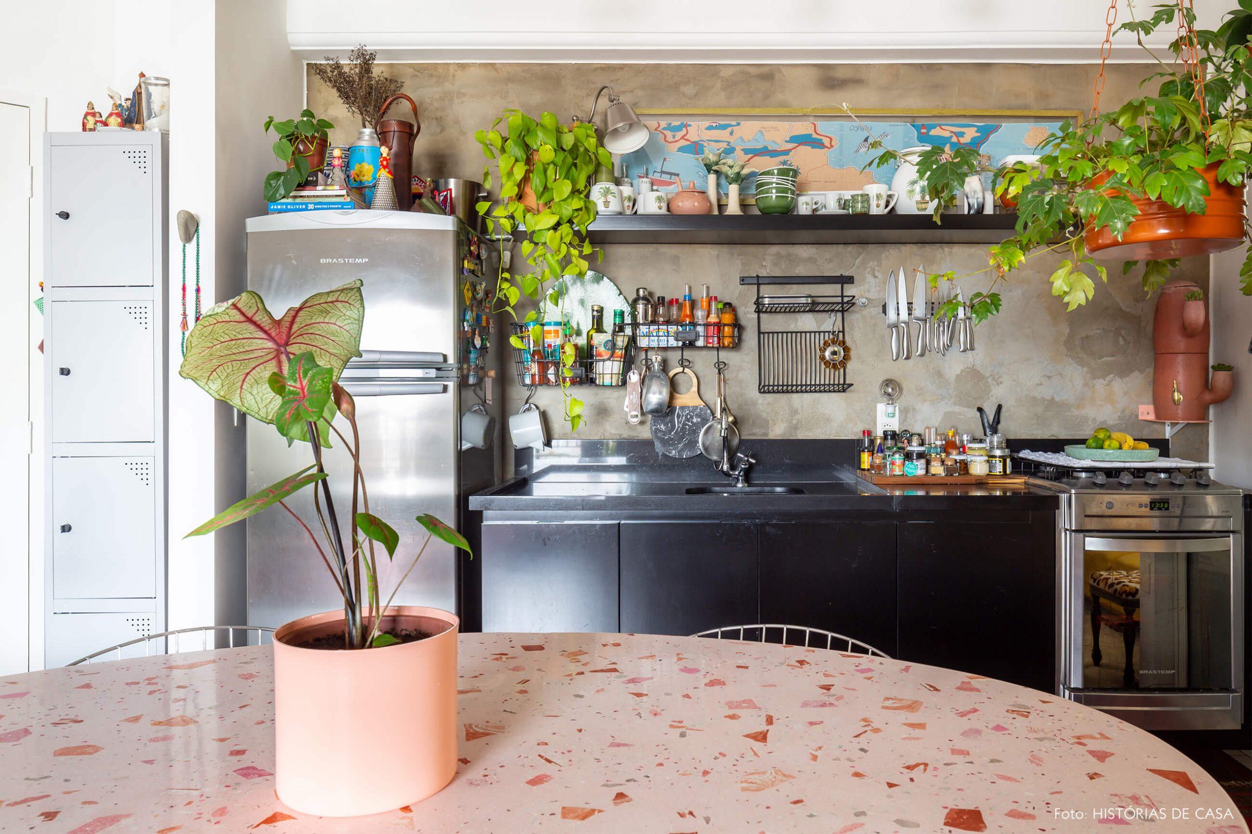 cozinha-com-mesa-redonda-granilite-rosa