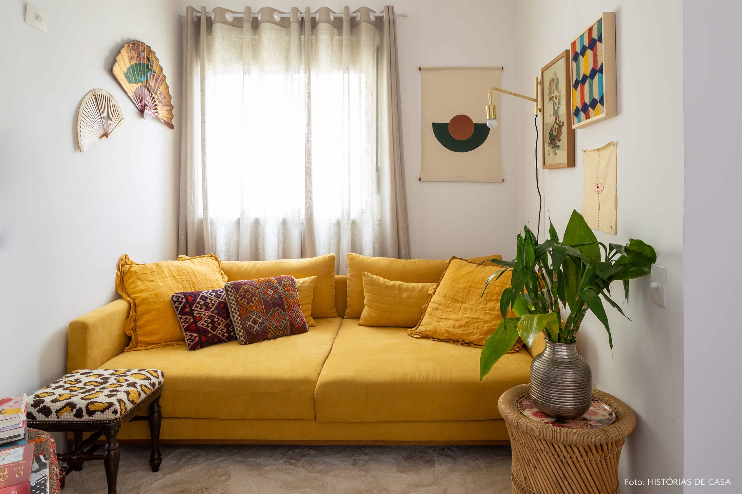 sala-com-sofa-amarelo-e-leques
