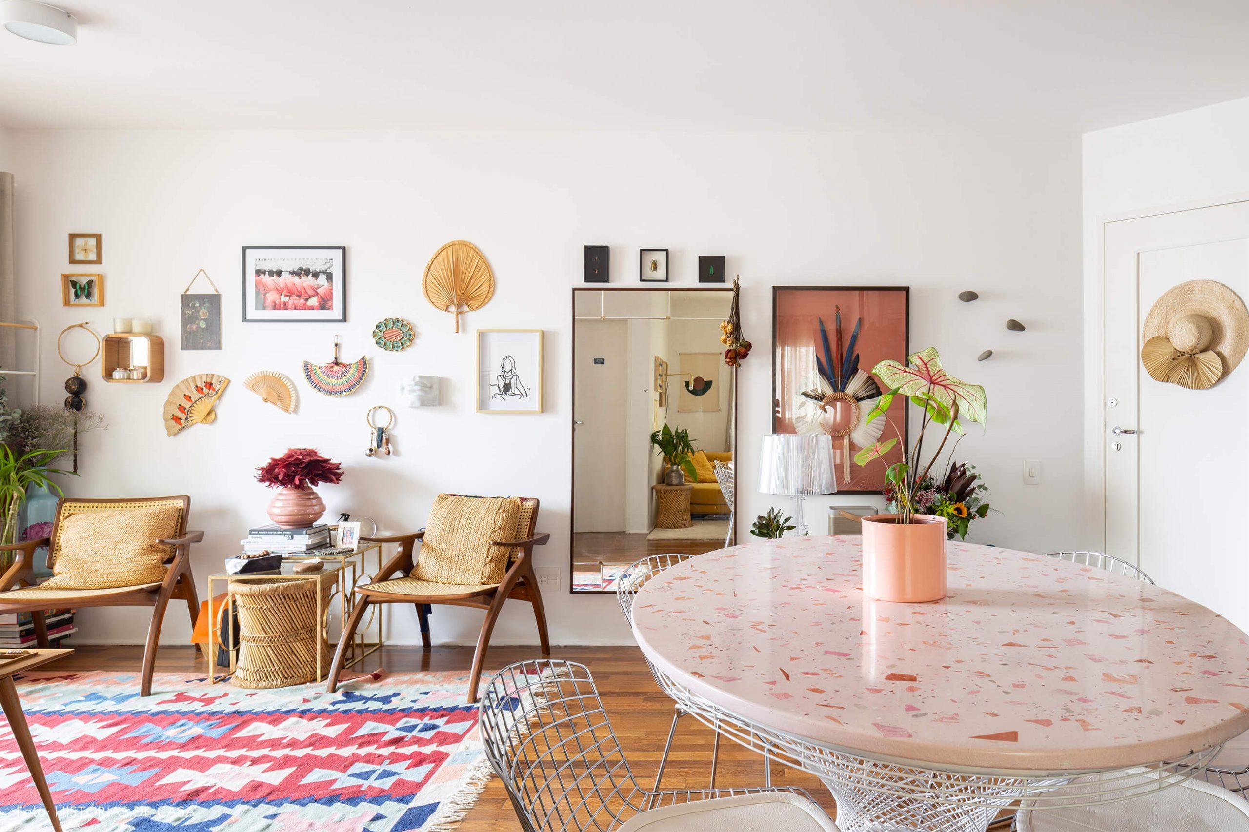 sala-cozinha-com-mesa-redonda-granilite-rosa