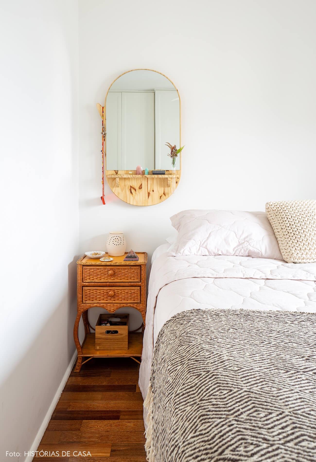quarto-com-espelho-de-madeira