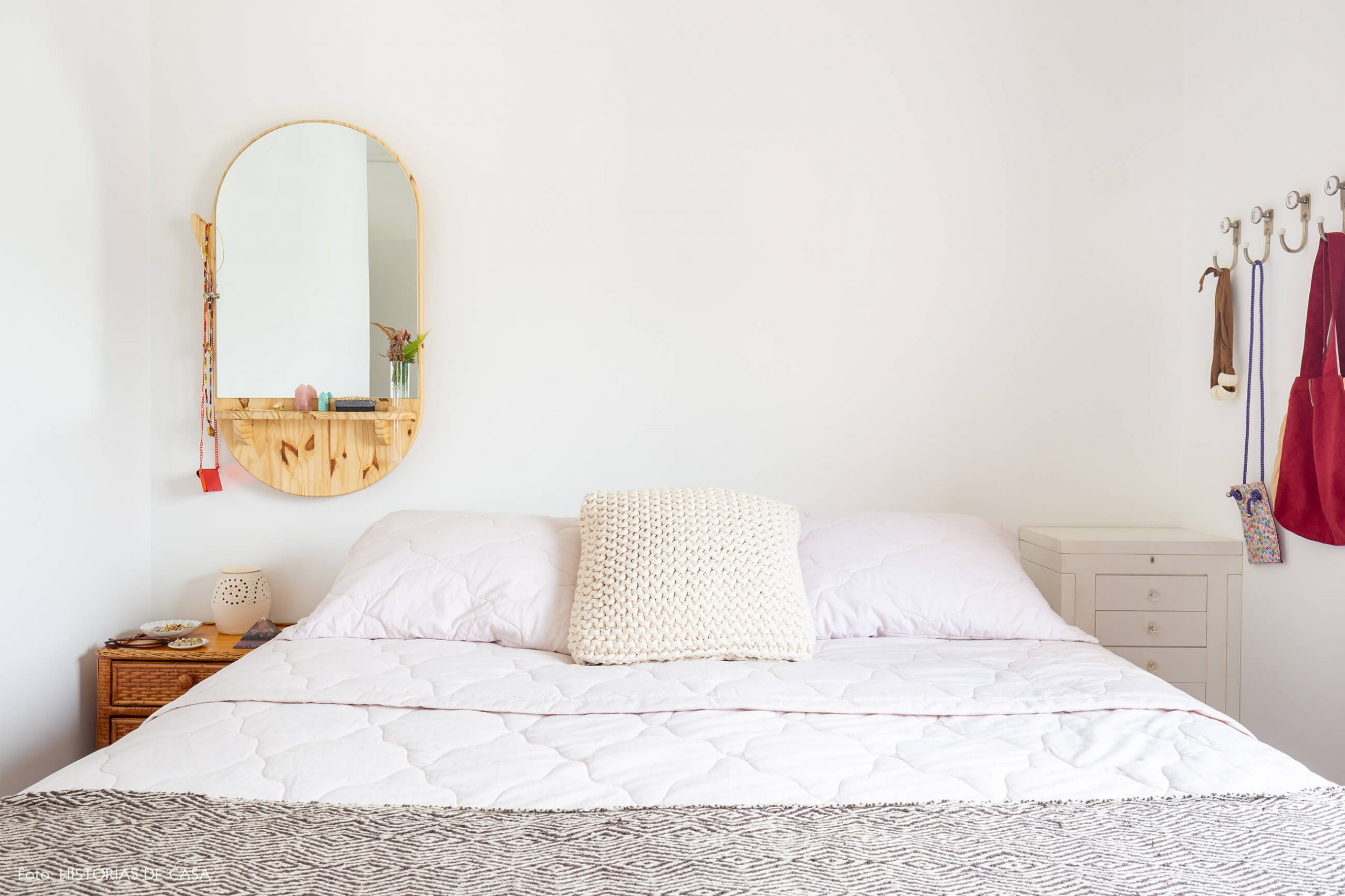 quarto-branco-com-espelho-madeira