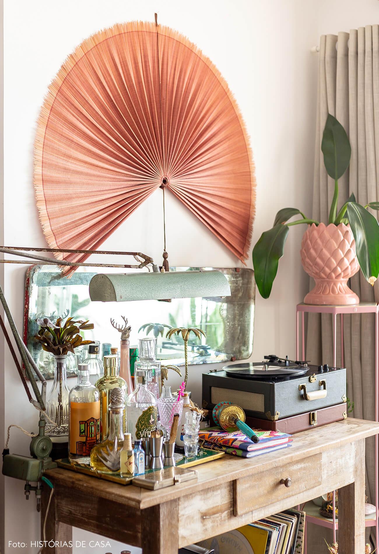 leque-rosa-e-mesa-madeira