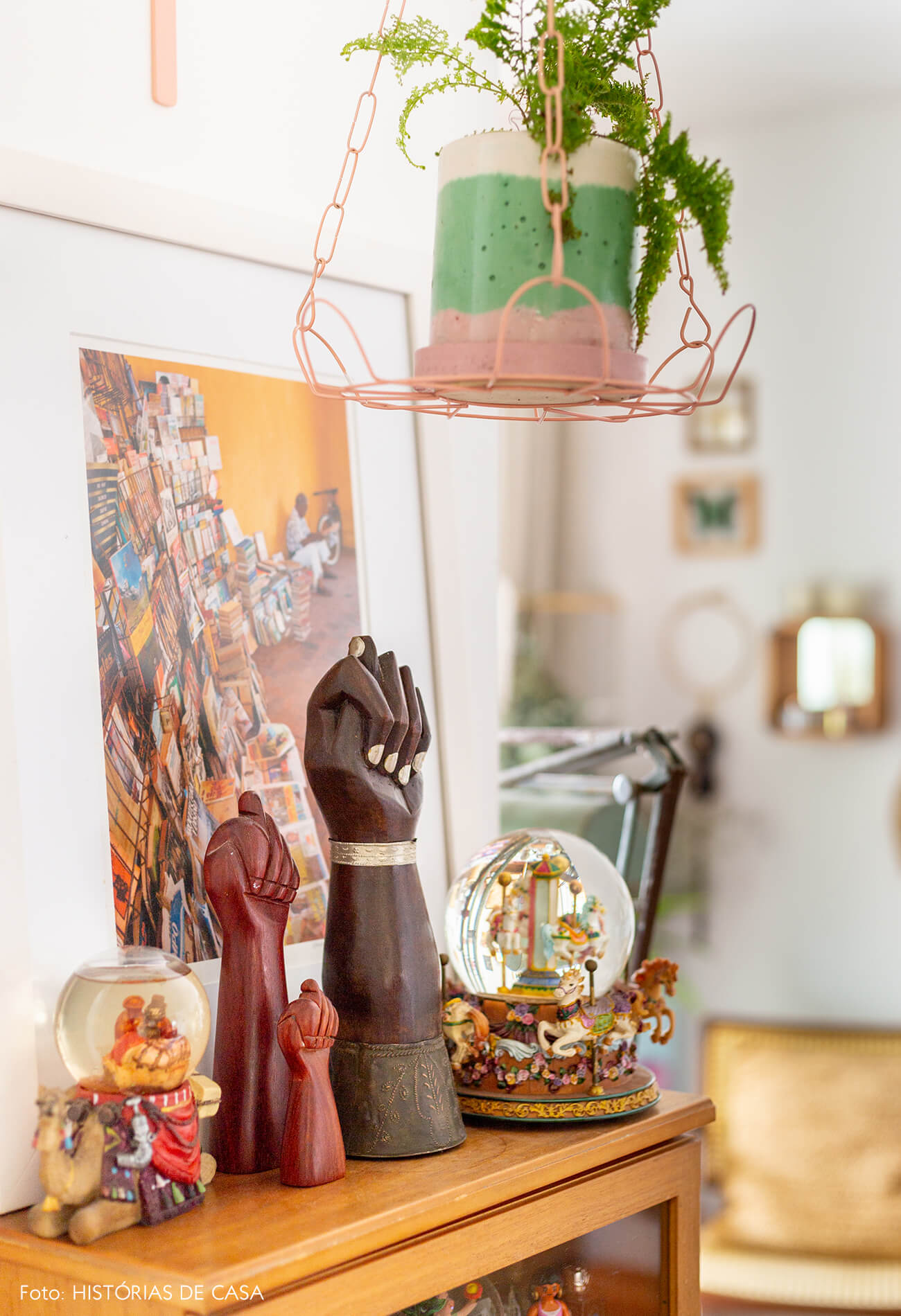 detalhes-objetos-em-mesa-madeira