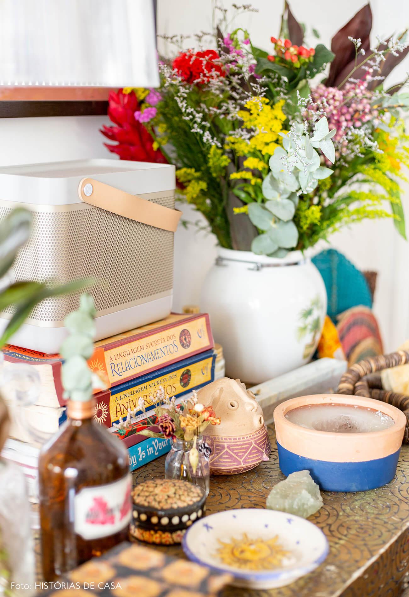 detalhes-em-estante-com-arranjo-flores