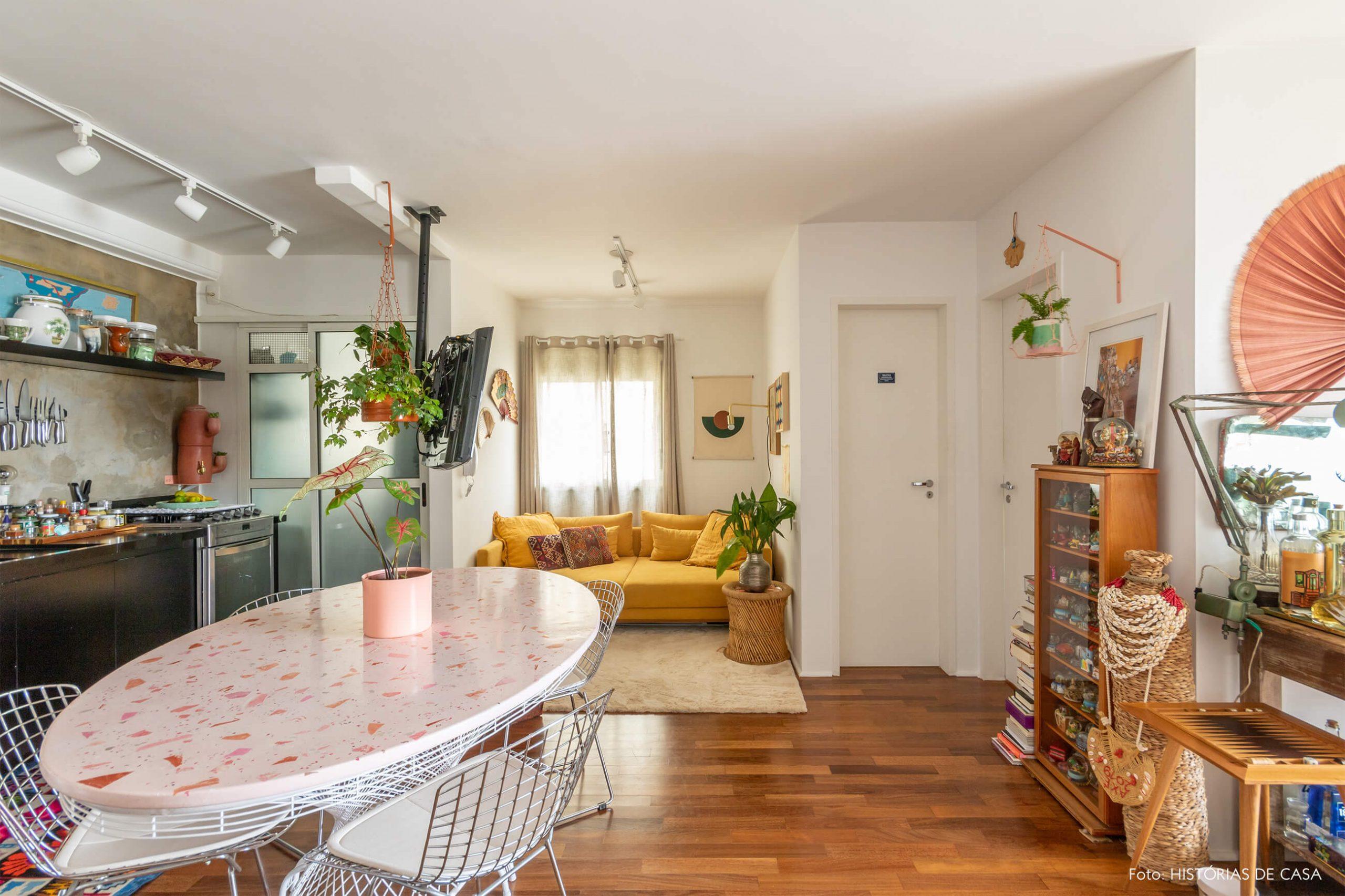 sala-cozinha-com-mesa-redonda-rosa