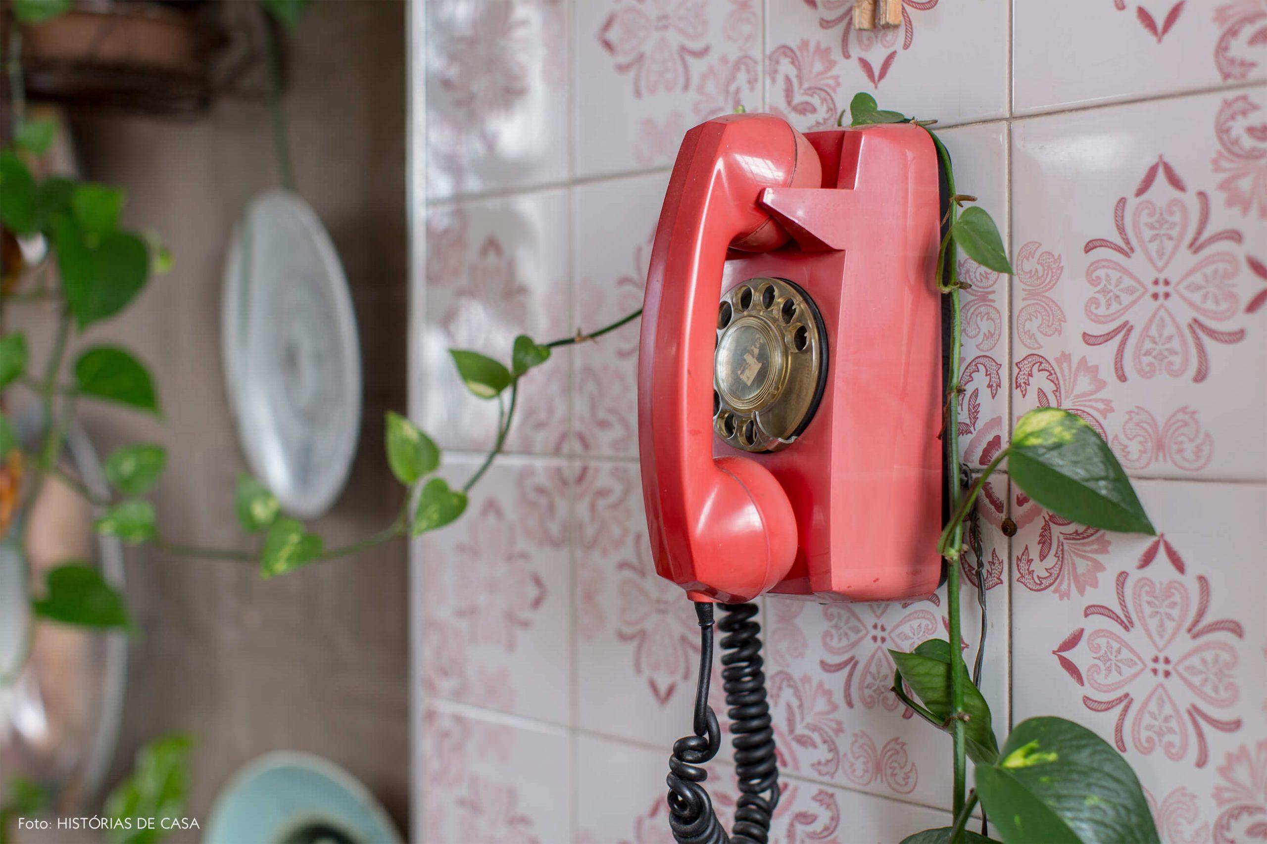 cozinha-com-azulejos-rosa-e-telefone-vermelho-na-parede