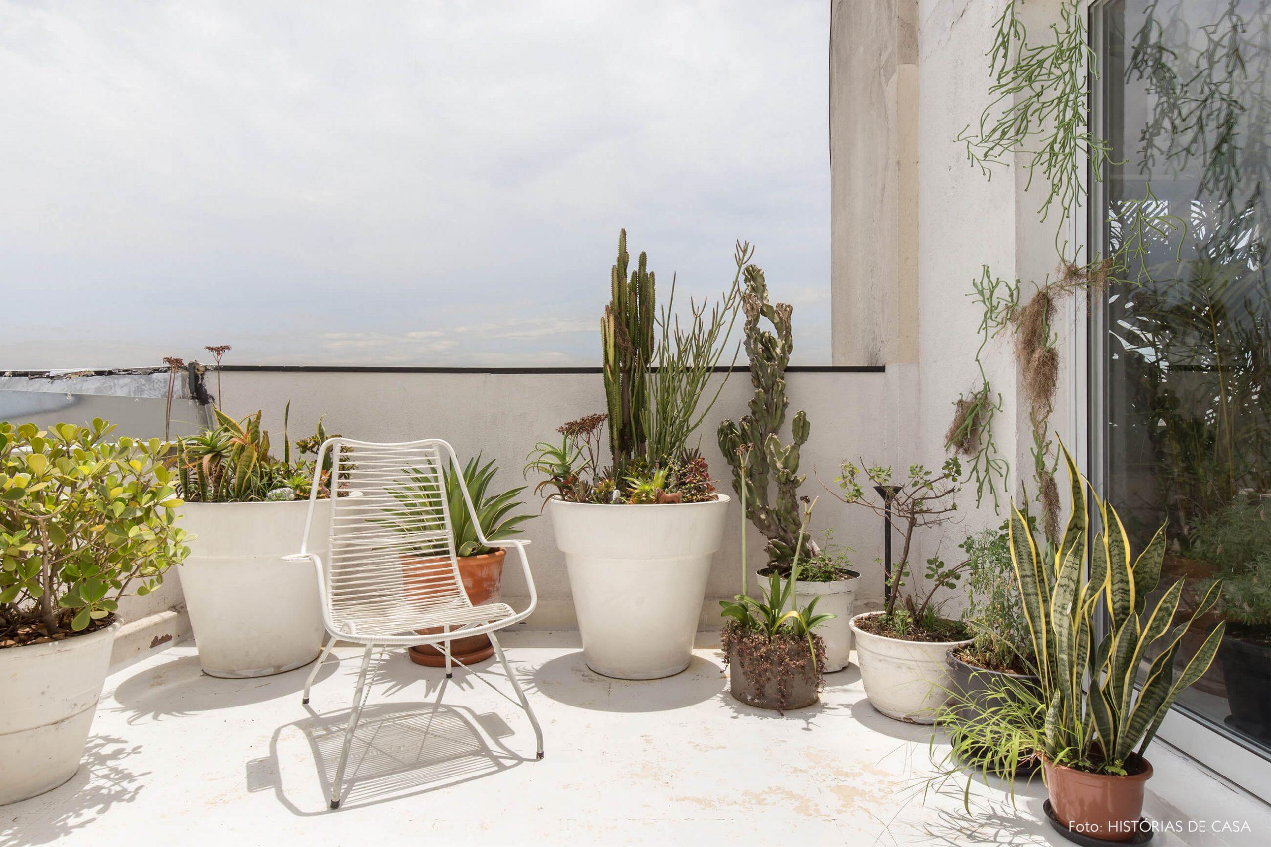 varanda-com-plantas-e-cadeira-branca