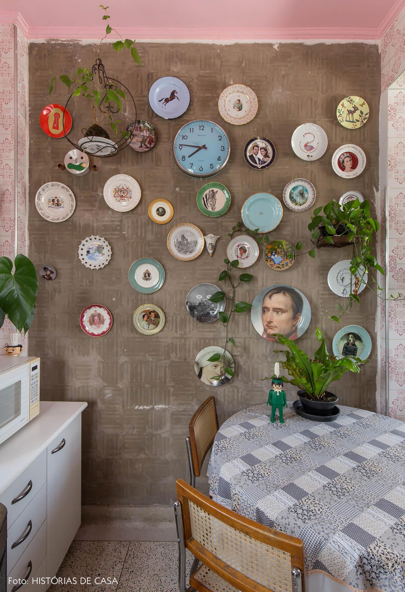 cozinha-com-azulejos-rosa-e-pratos-decorativos