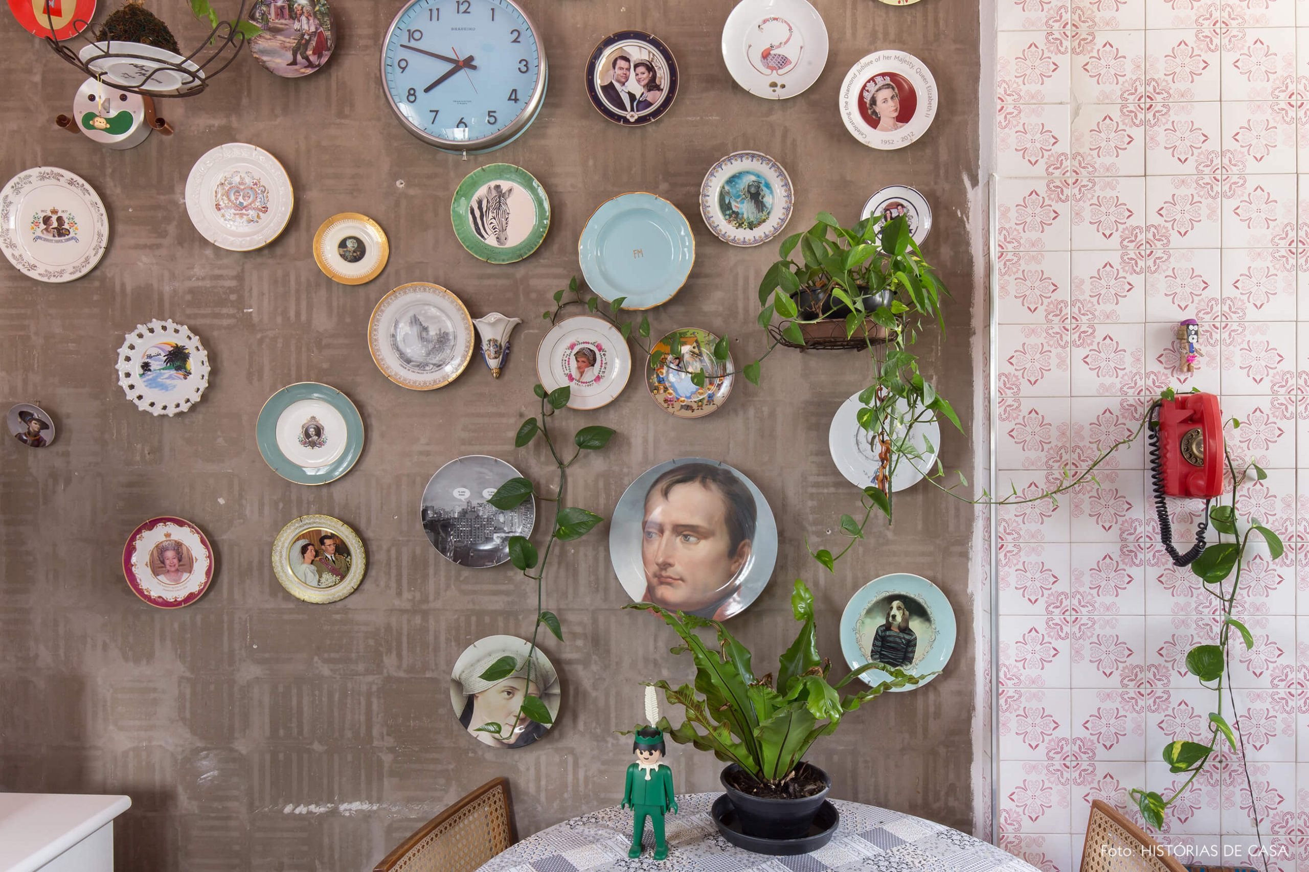 cozinha-com-azulejos-e-pratos-decorativos-na-parede