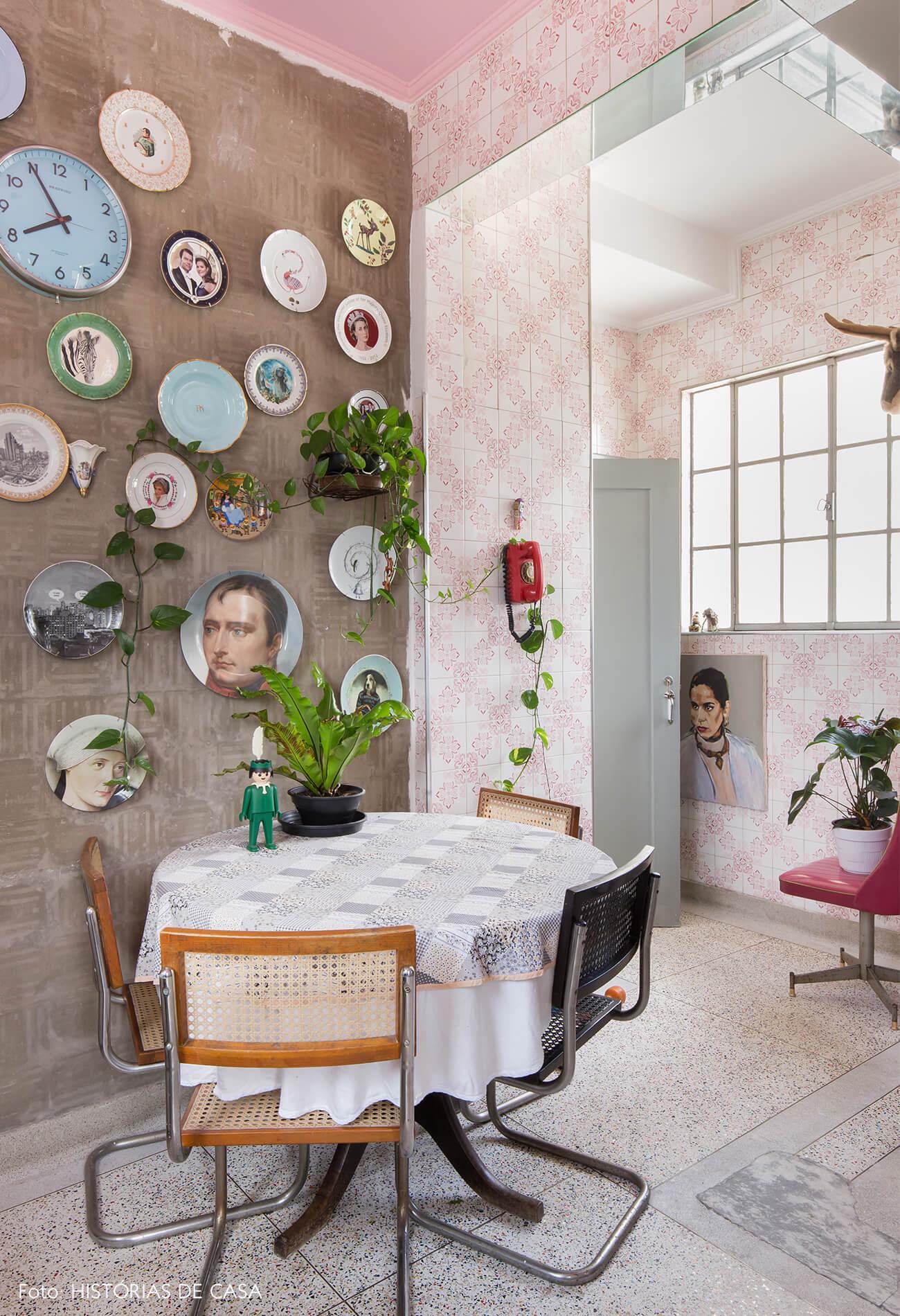 cozinha-com-azulejos-rosas-e-pratos-decorativos