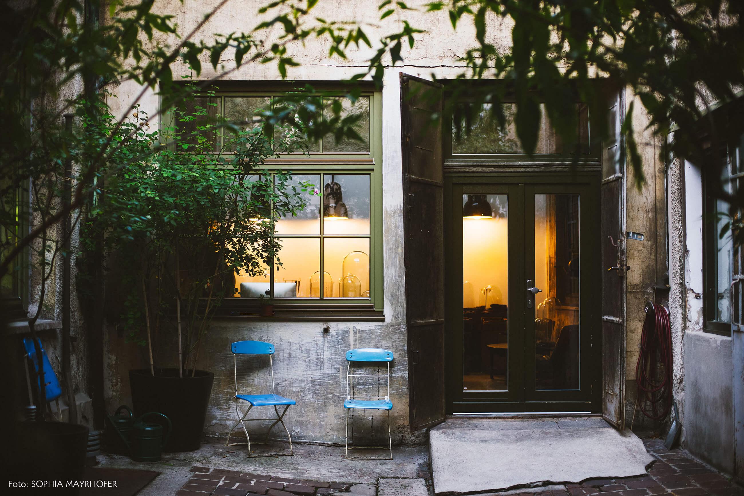 arquitetura-com-cadeiras-azul