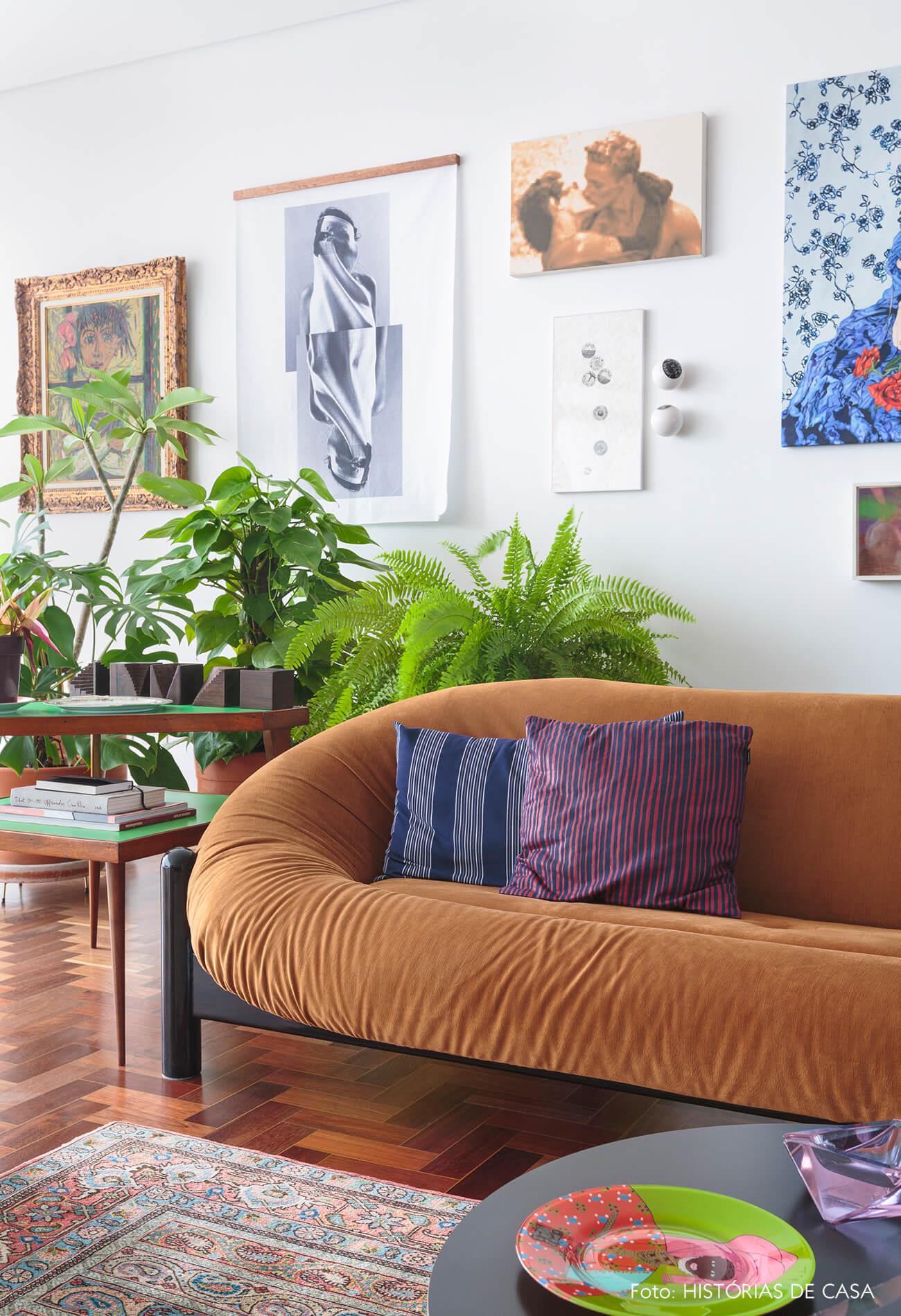sala-com-sofa-amarelo-e-plantas