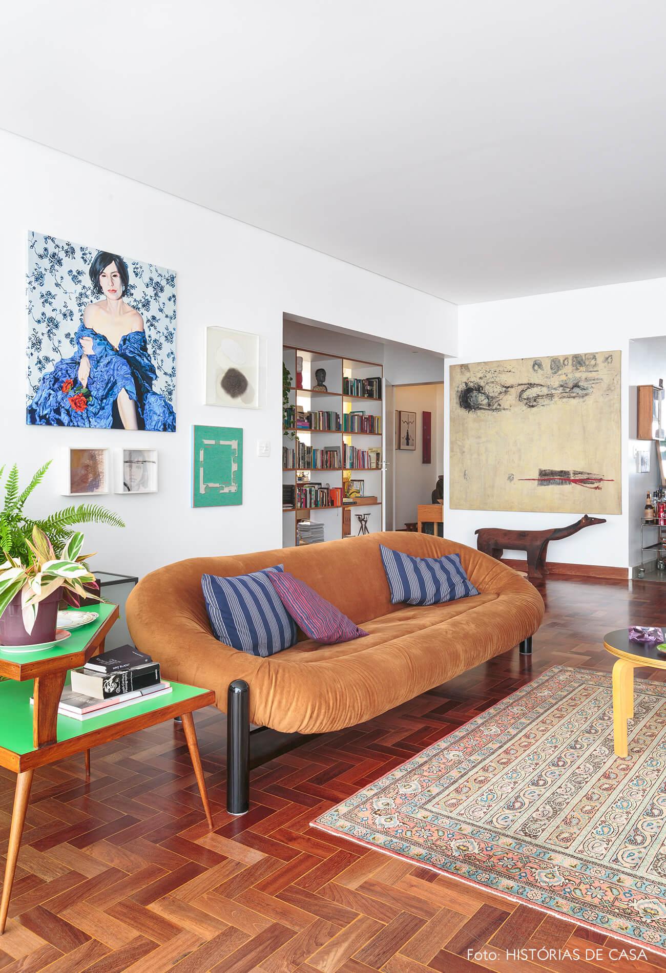 sala-com-obras-arte-e-sofa-amarelo
