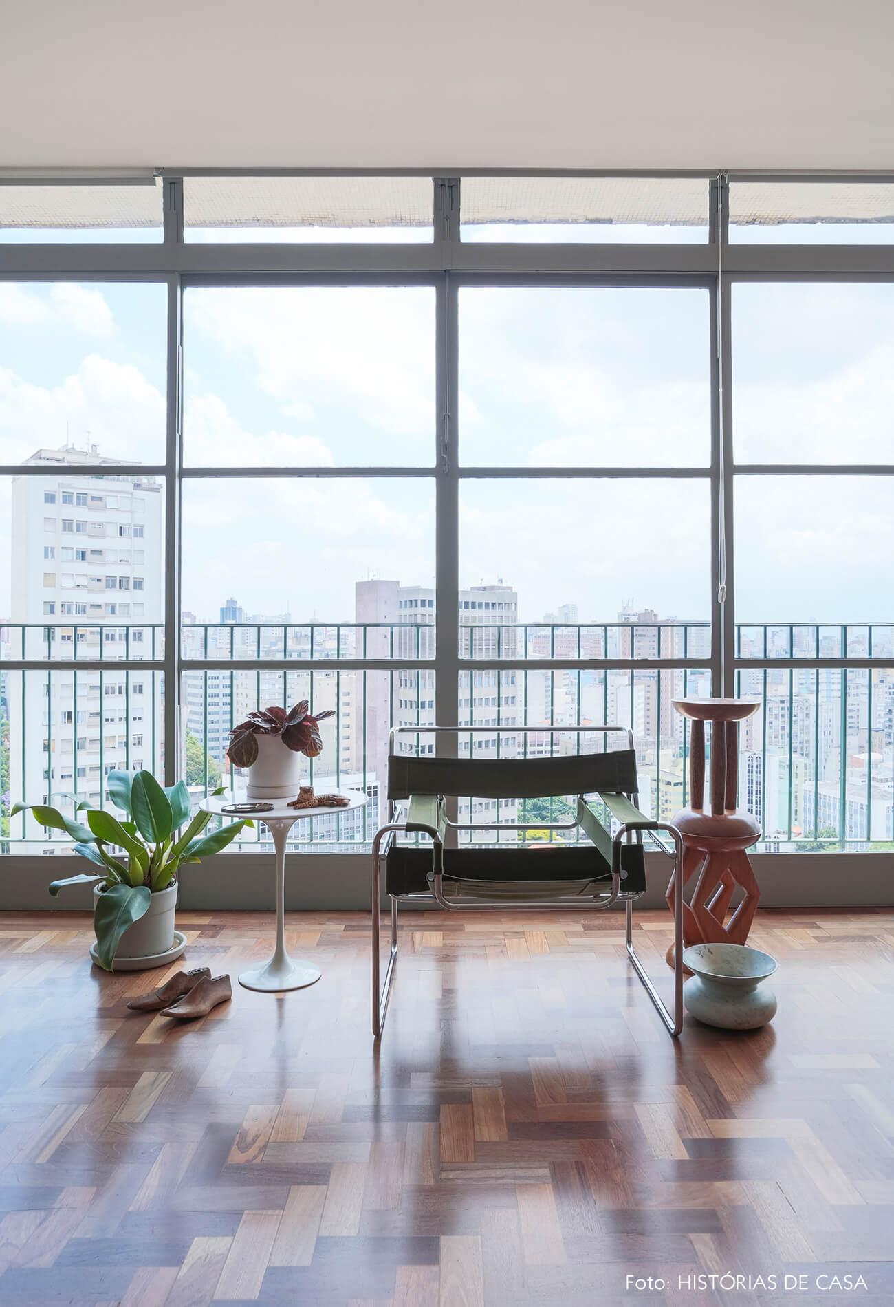 sala-com-janela-grande-e-cadeira-wassily