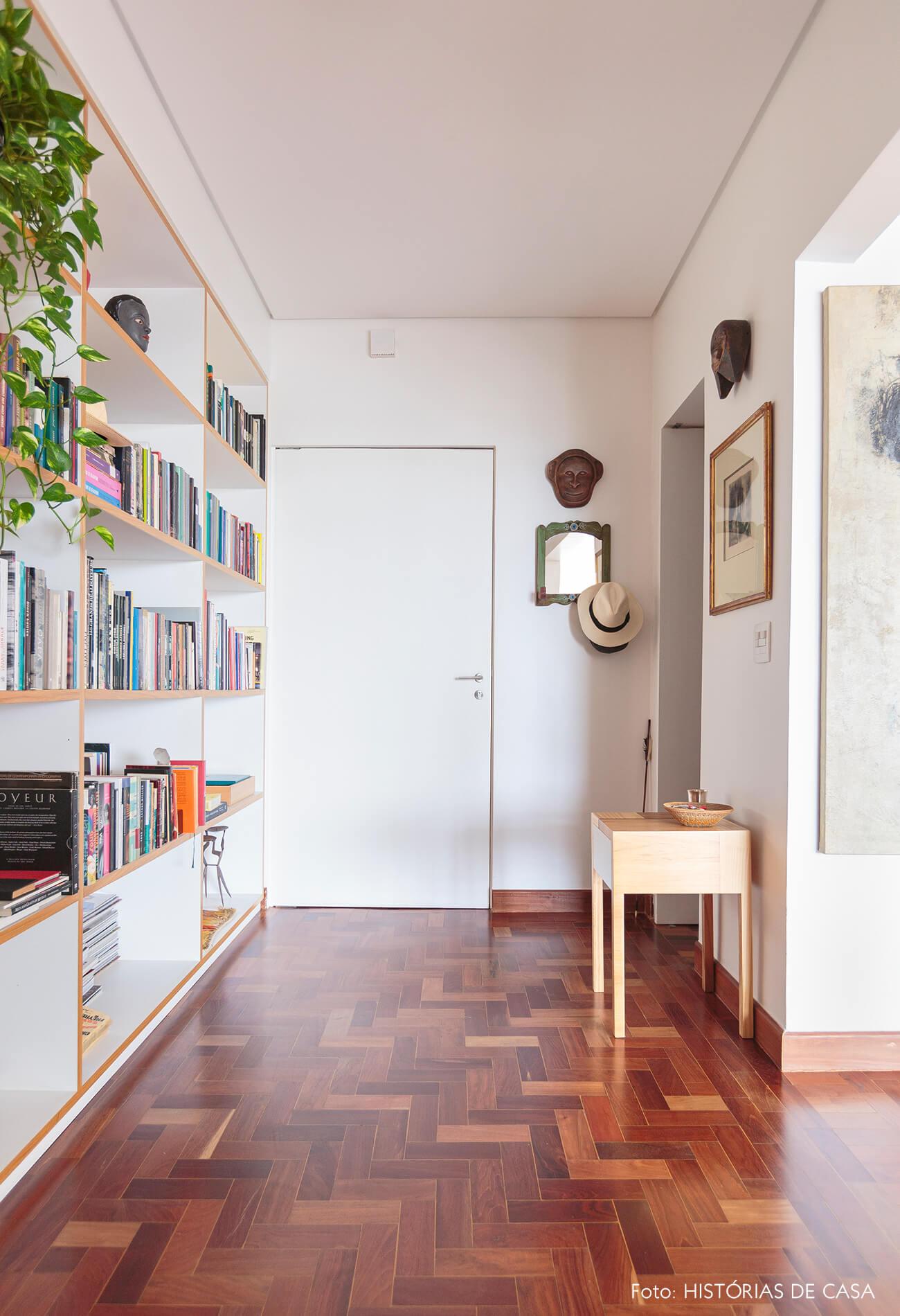 hall-entrada-com-estante-de-madeira