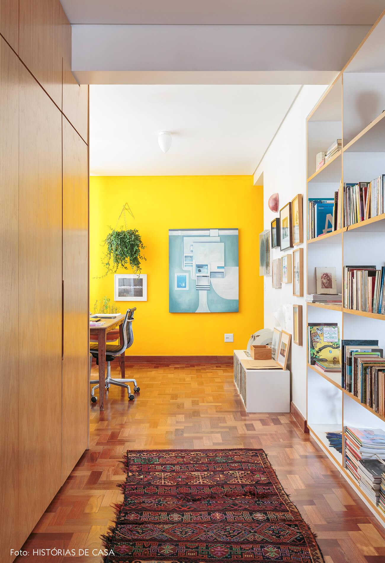 home-office-parede-amarela-e-armarios-madeira.
