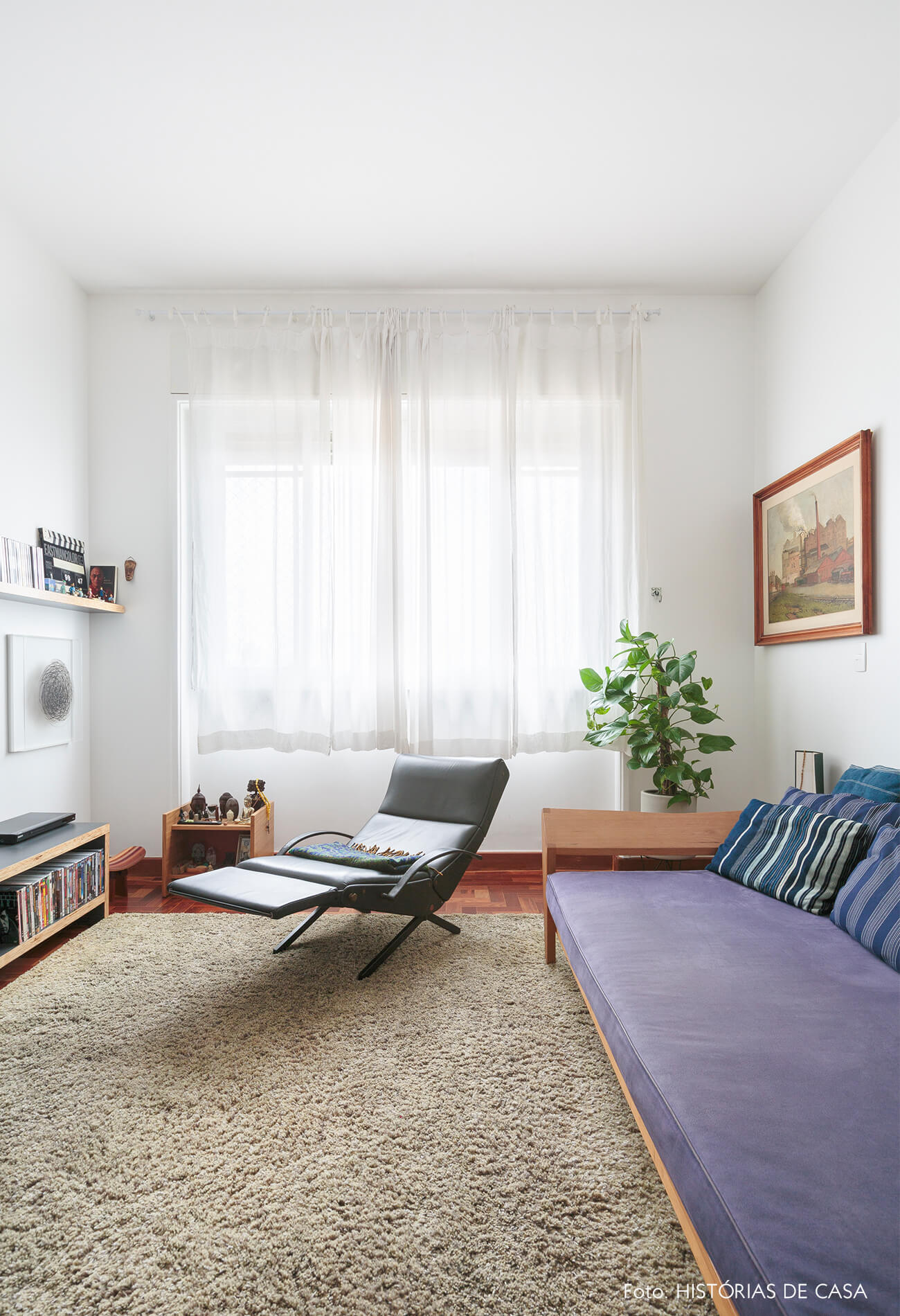 sala-tv-com-sofa-azul-e-poltrona-couro