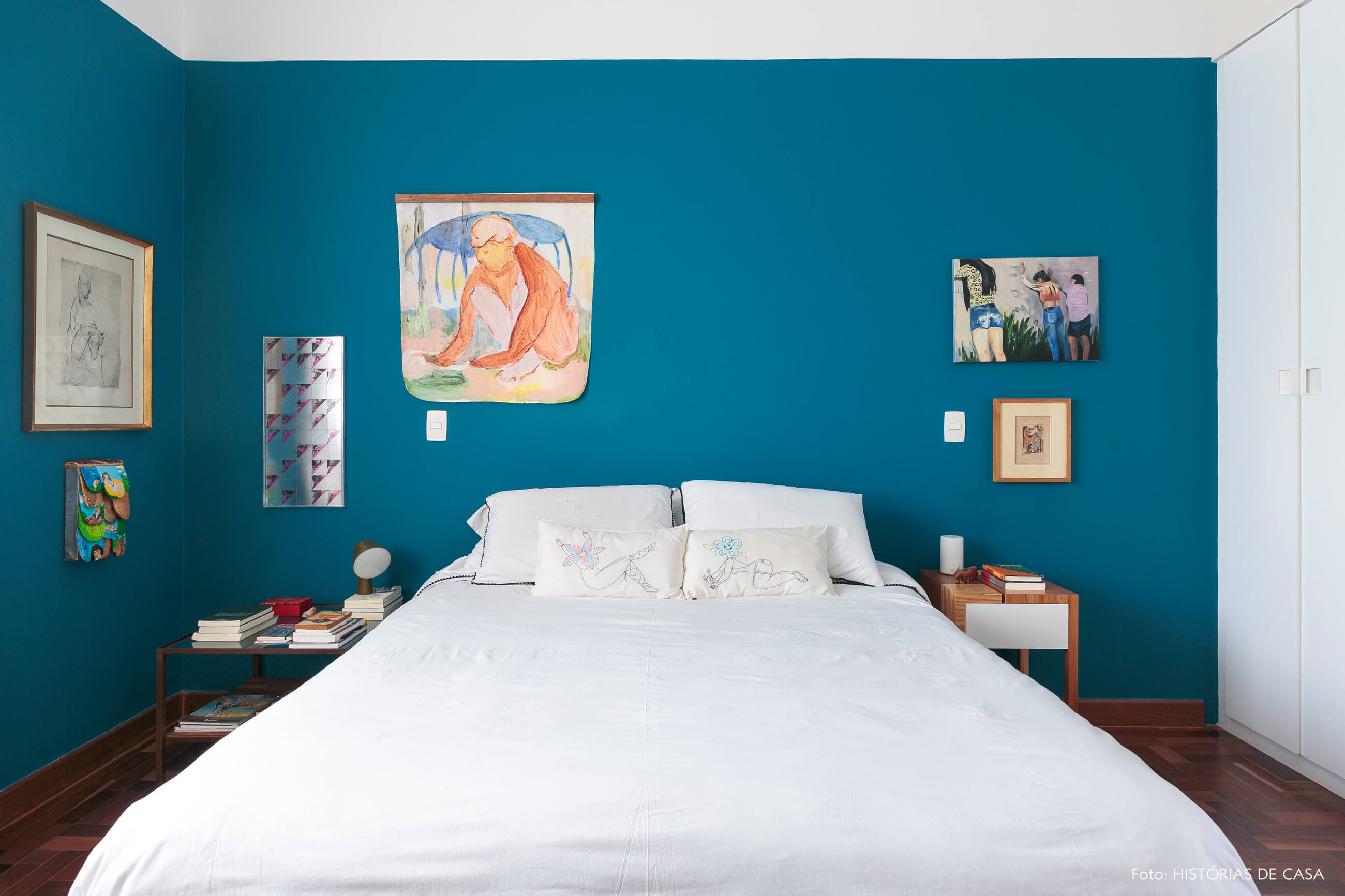 quarto-parede-azul-obras-arte