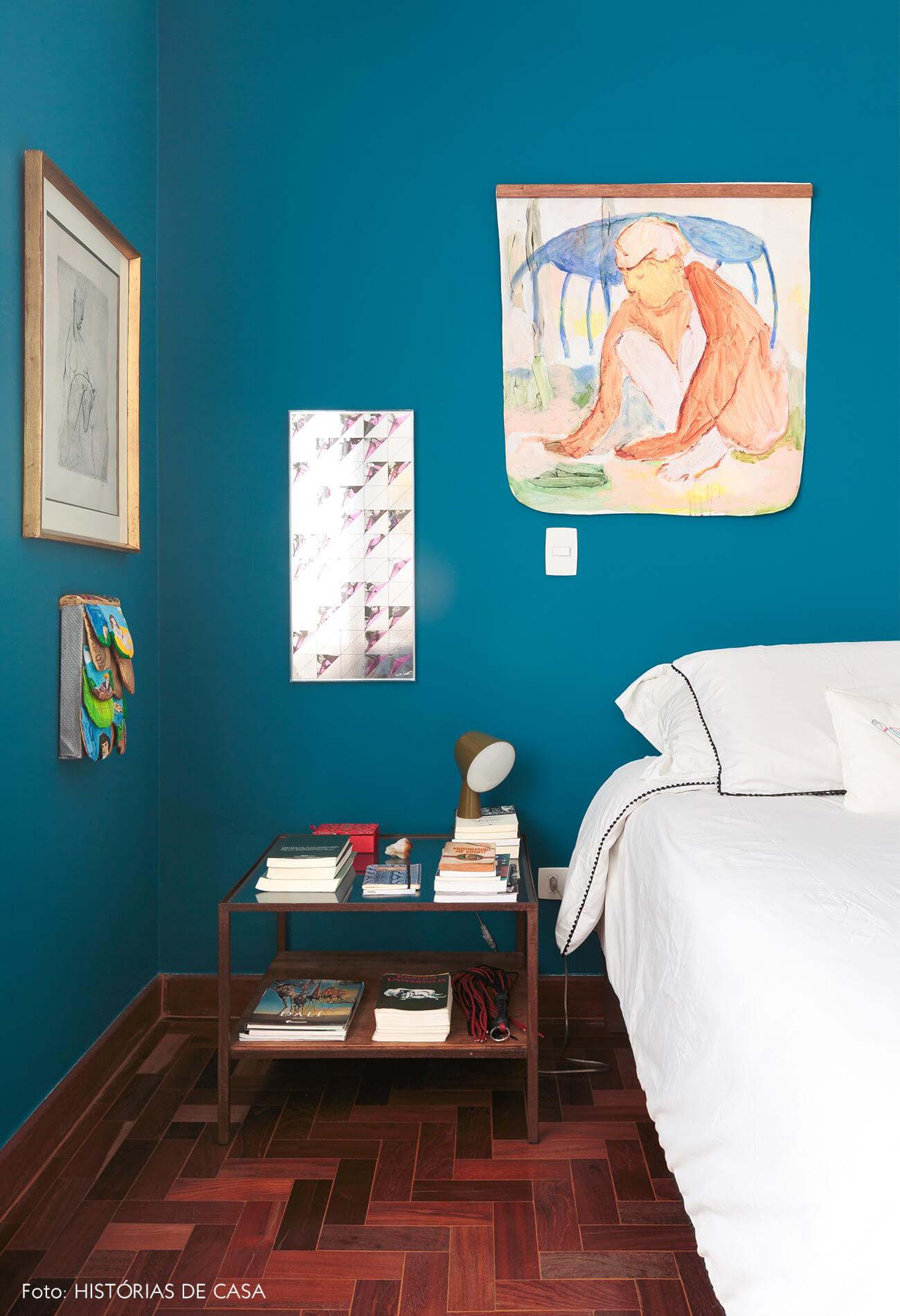 quarto-com-parede-azul-e-obras-arte