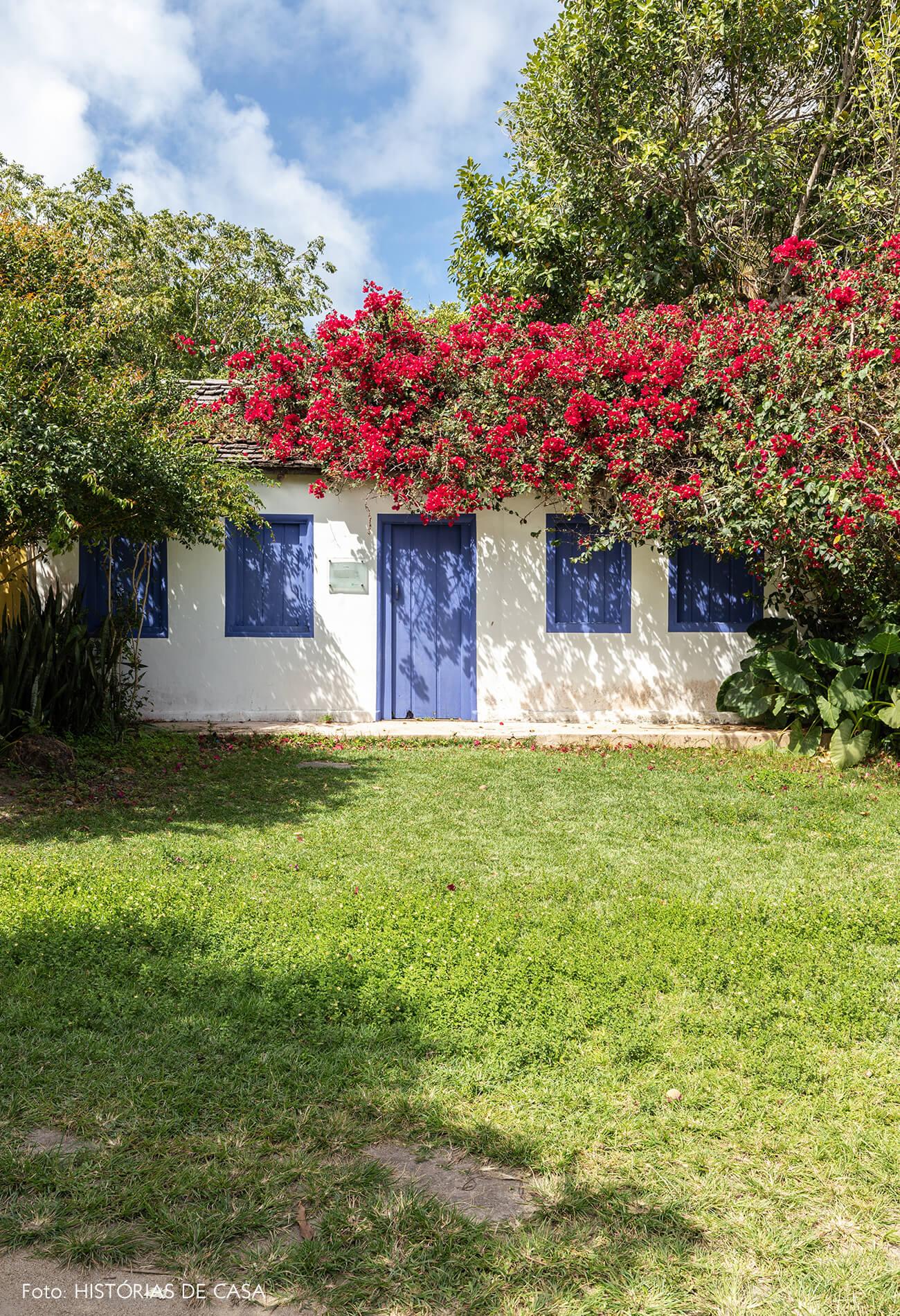 casa-com-portas-e-janelas-azuis
