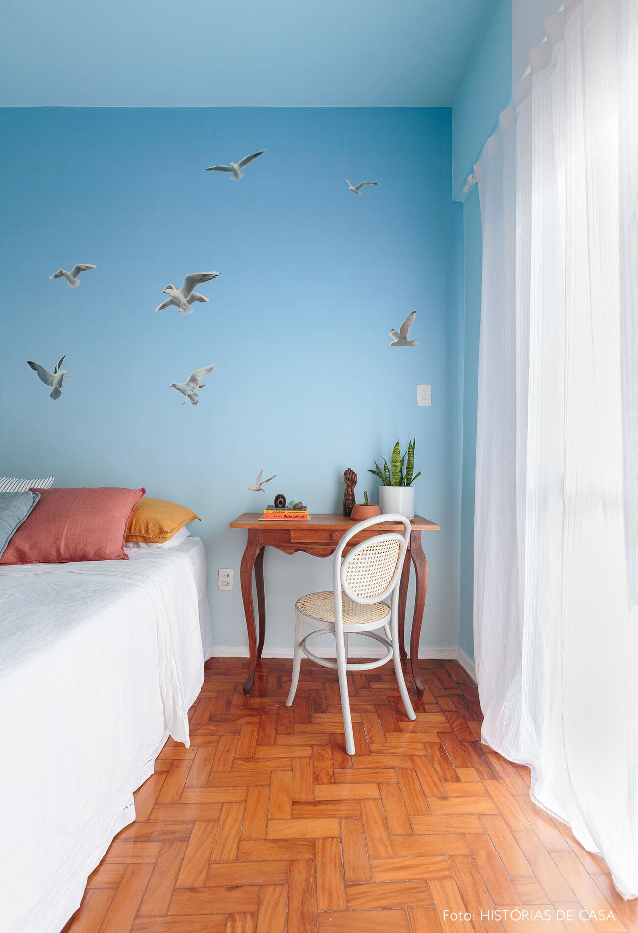 quarto-com-papel-de-parede-azul