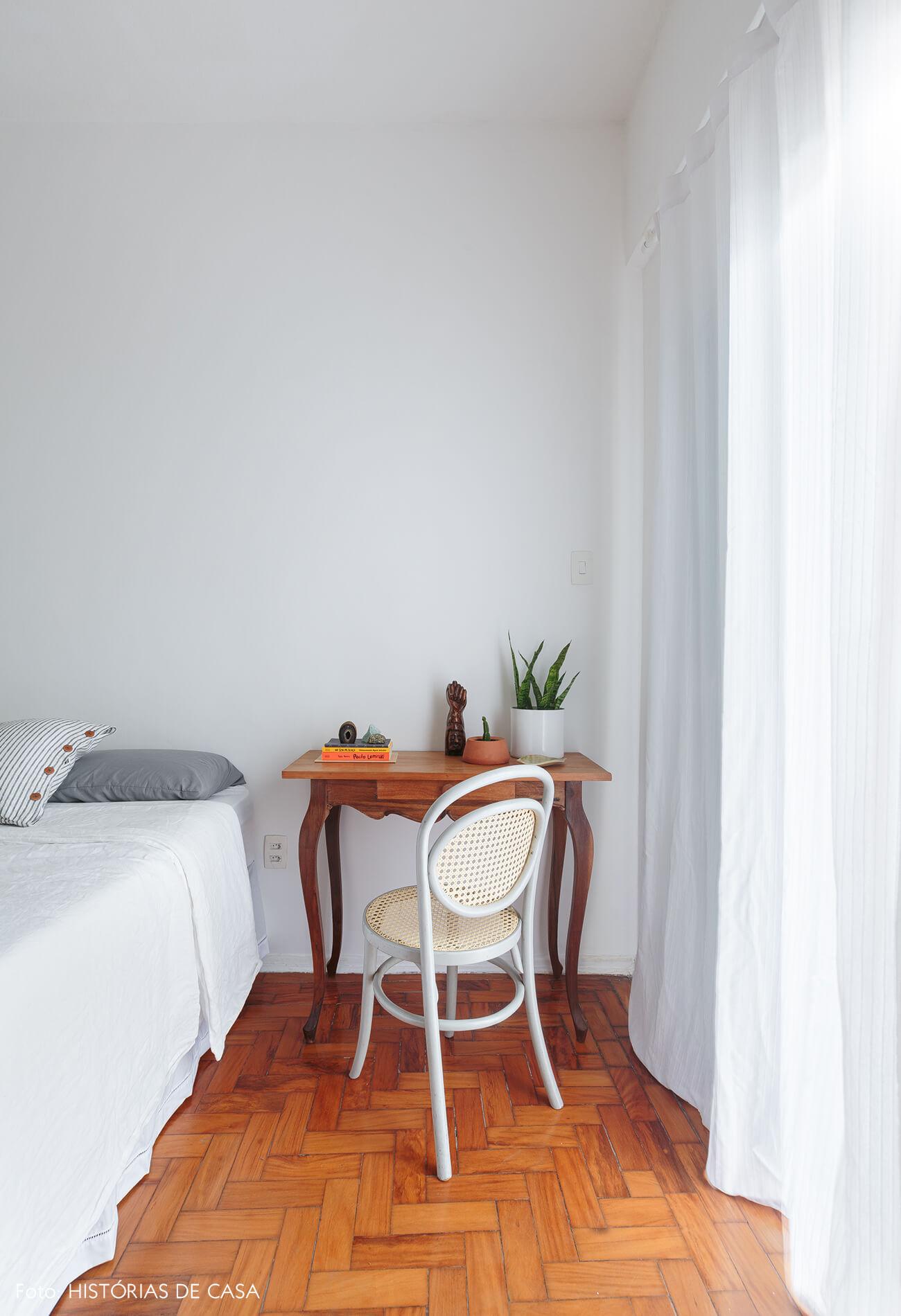 quarto-branco-com-mesa-madeira-e-cadeira-thonet