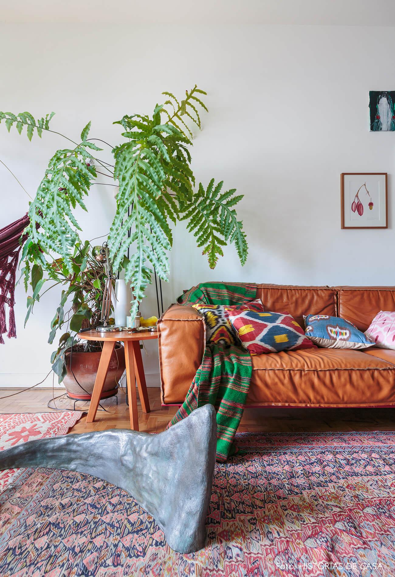 decoração sala com sofá de couro e tapete estampado