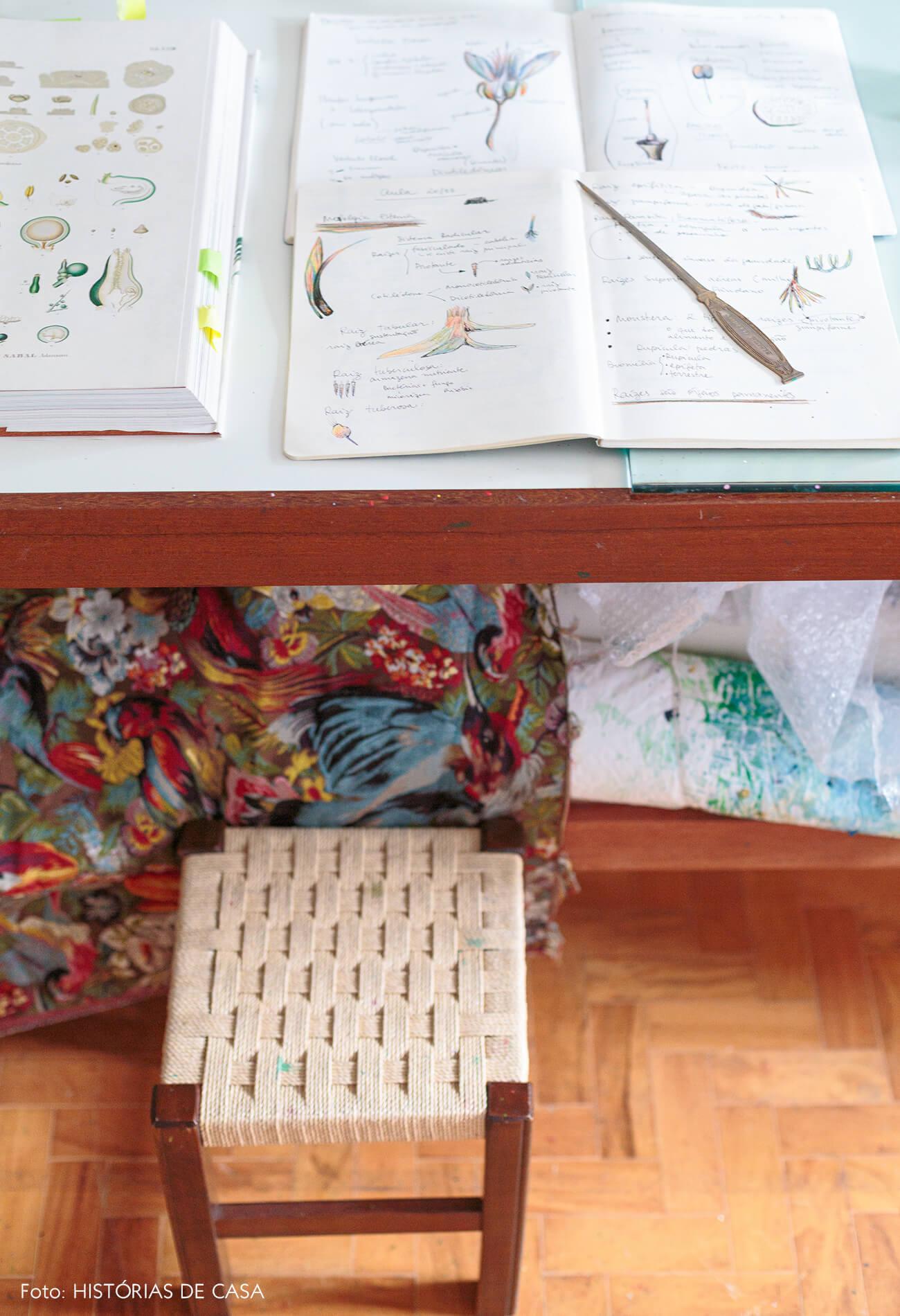 decoração detalhes de arte em mesa de madeira