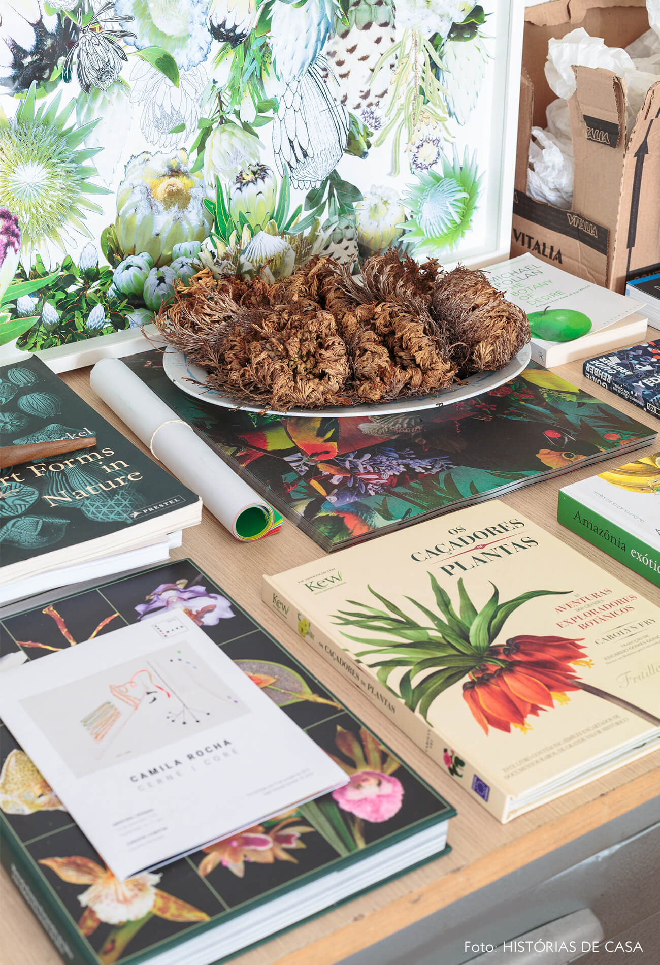 decoração detalhes livros e quadro floral