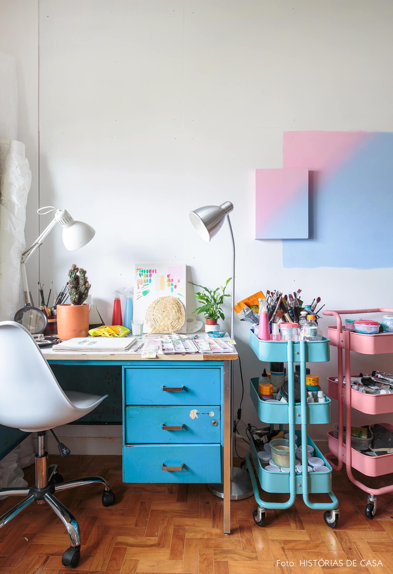 decoração atelie com carrinhos azul e rosa