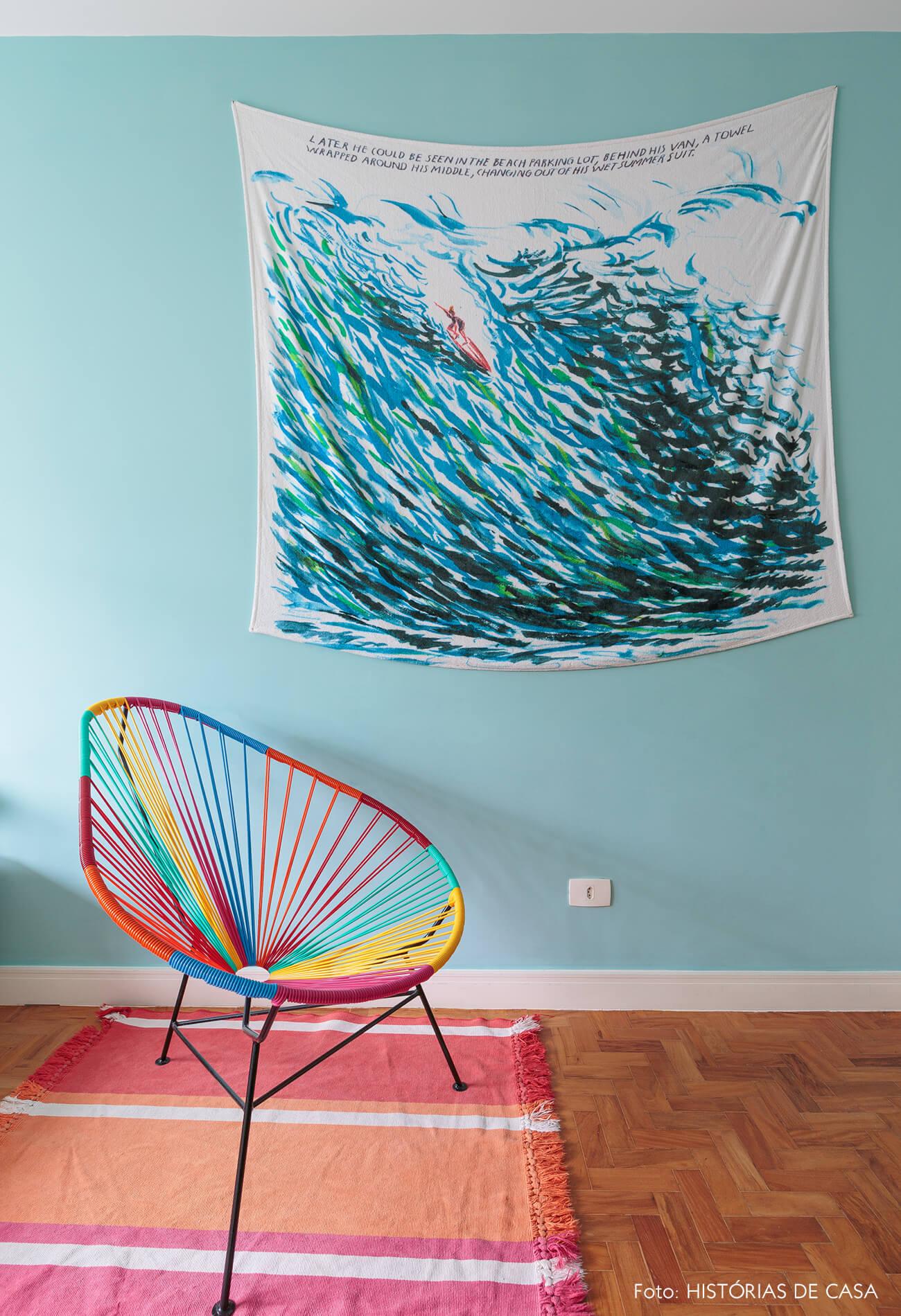 decoração quarto com parede azul e cadeira acapulco