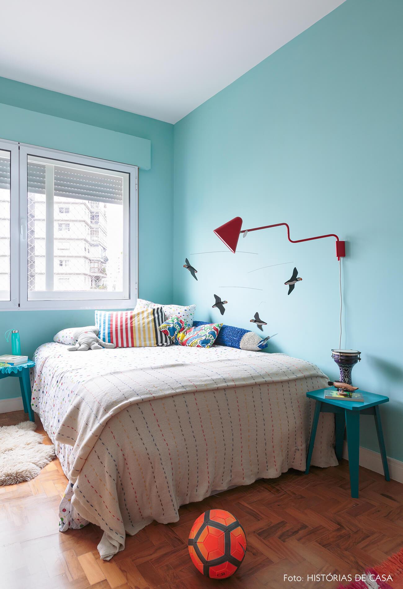 decoração quarto azul com mobile passaros