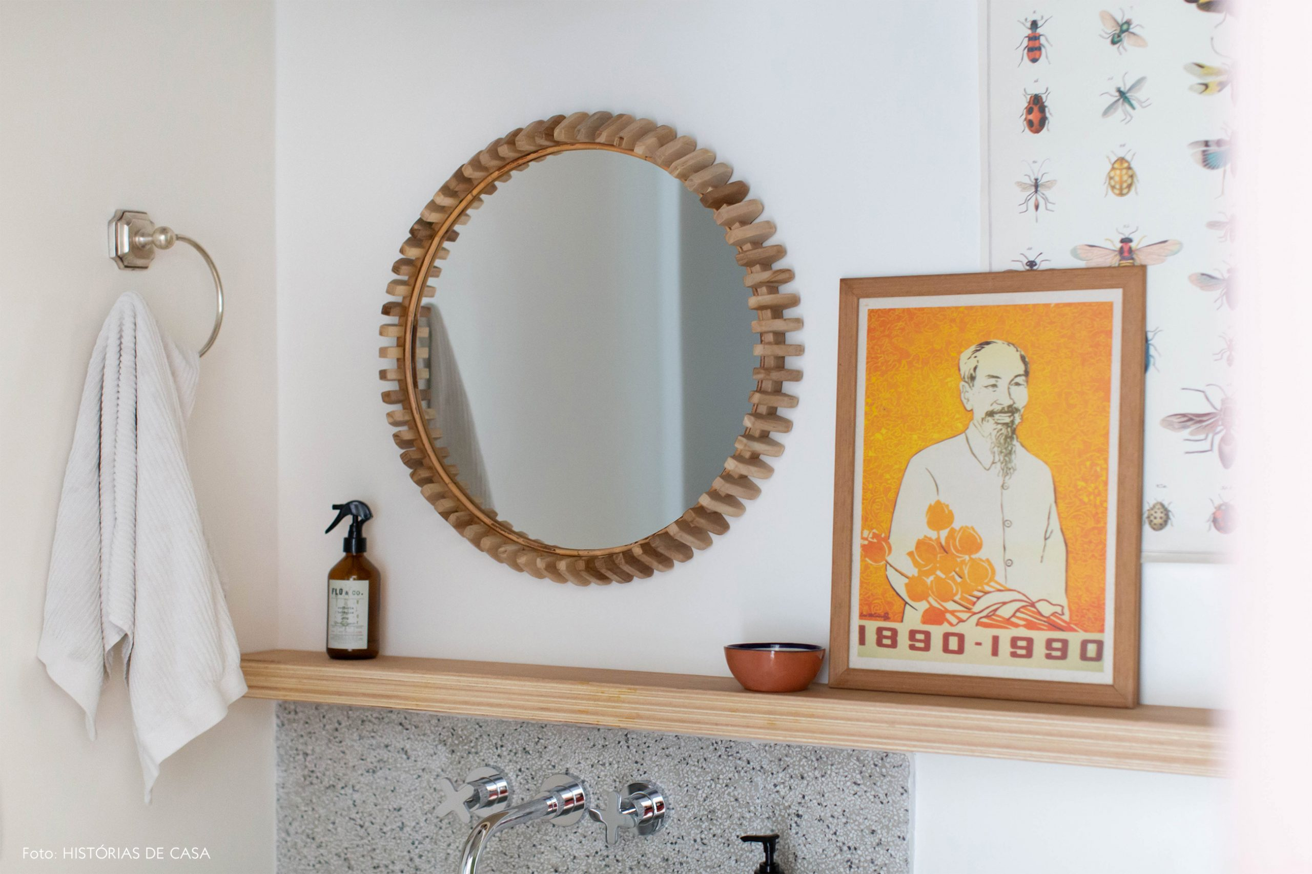 decoração banheiro com espelho redondo de madeira