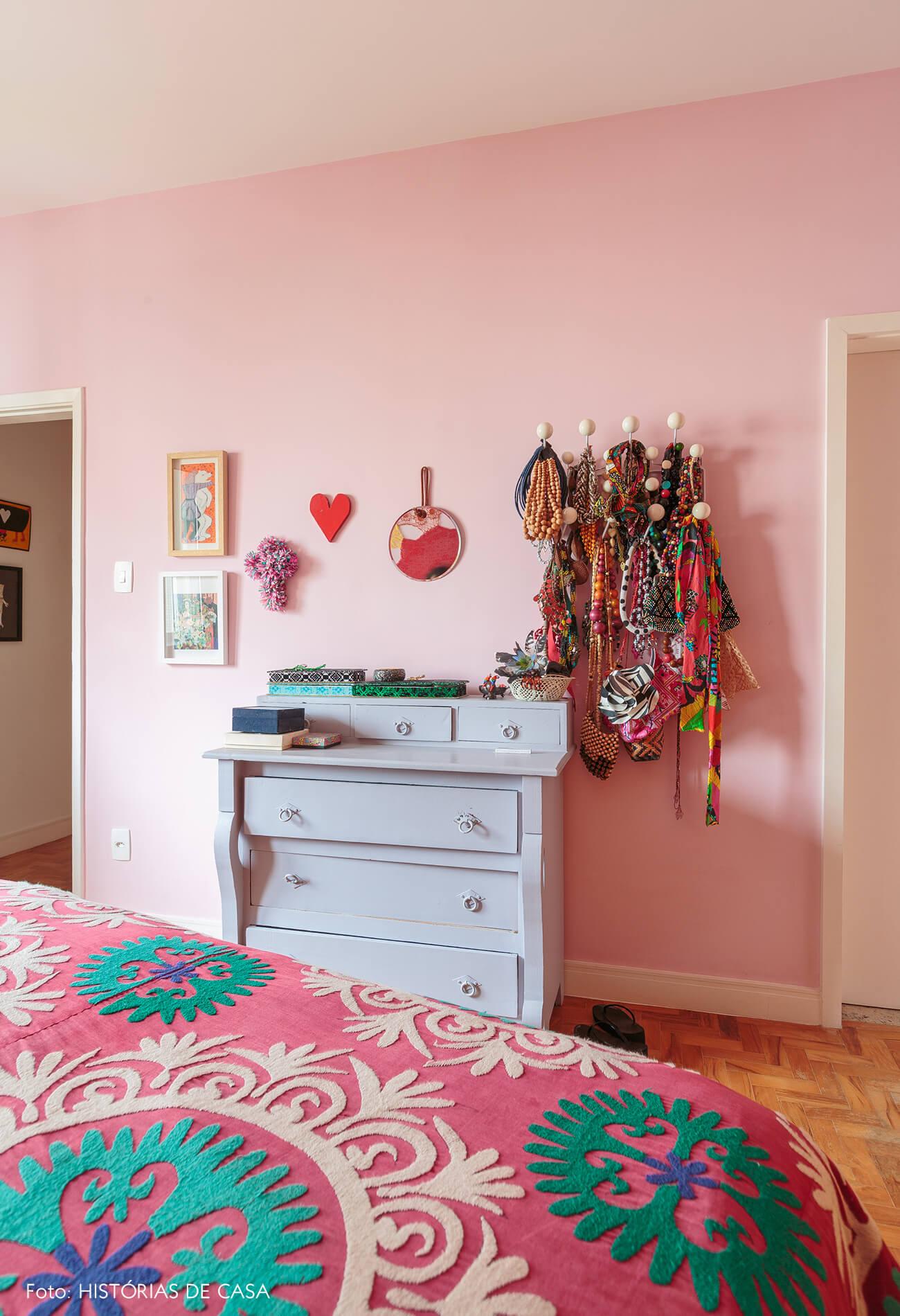 decoração quarto colorido com parede rosa